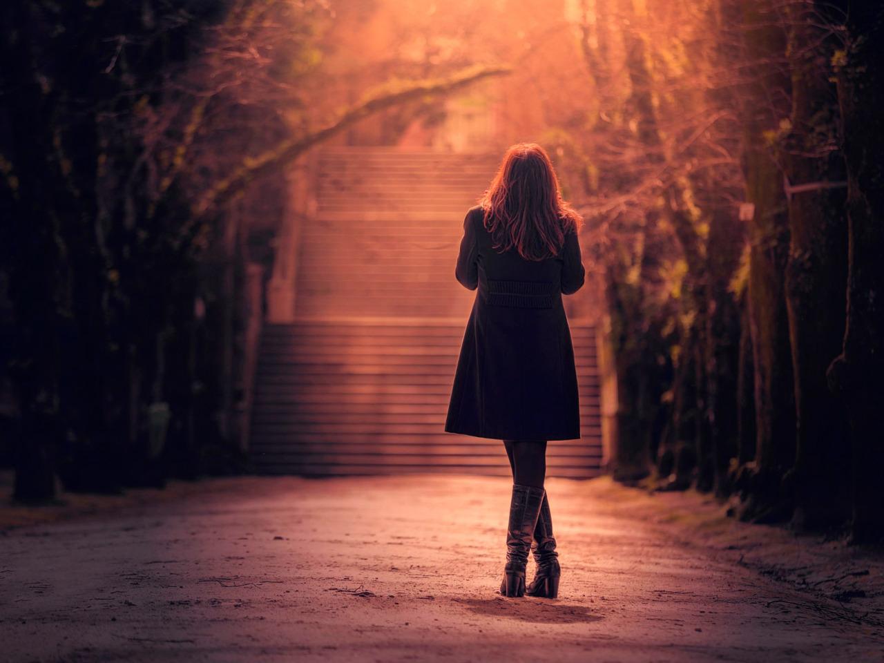 Уходящая девушка ночью фото