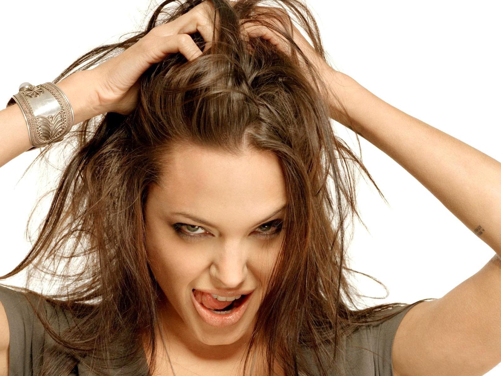 У девушки неопрятные волосы