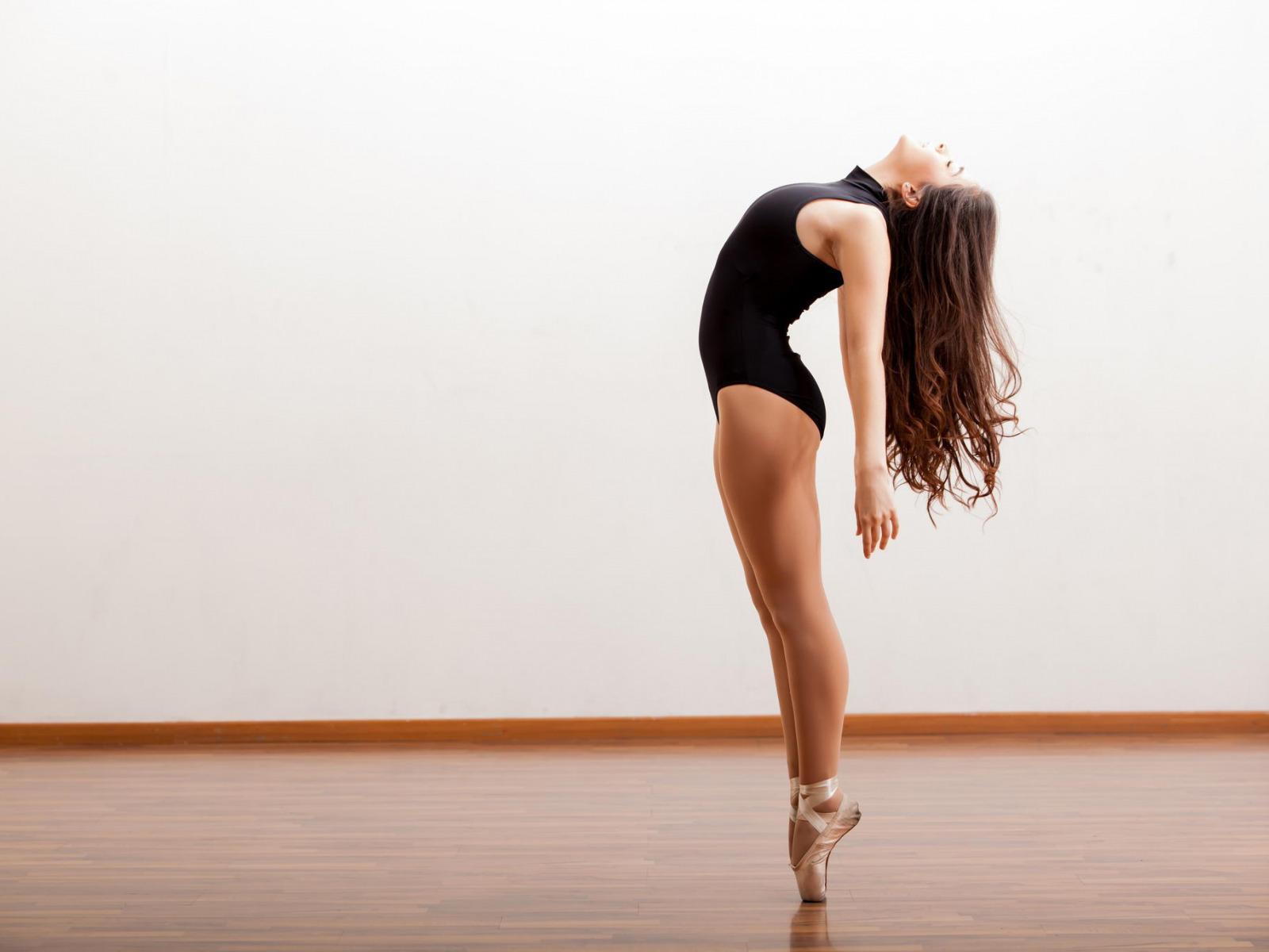 Картинки танцующая девушка
