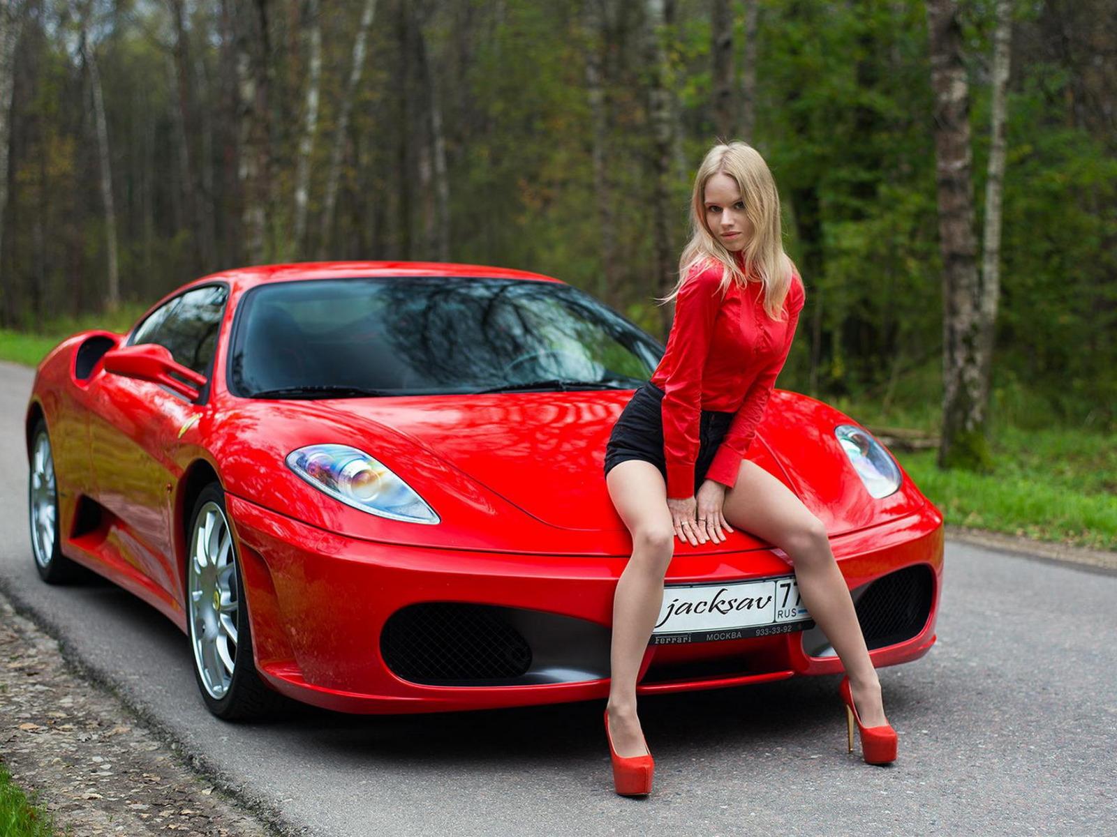 Картинка девушка с красной машинкой
