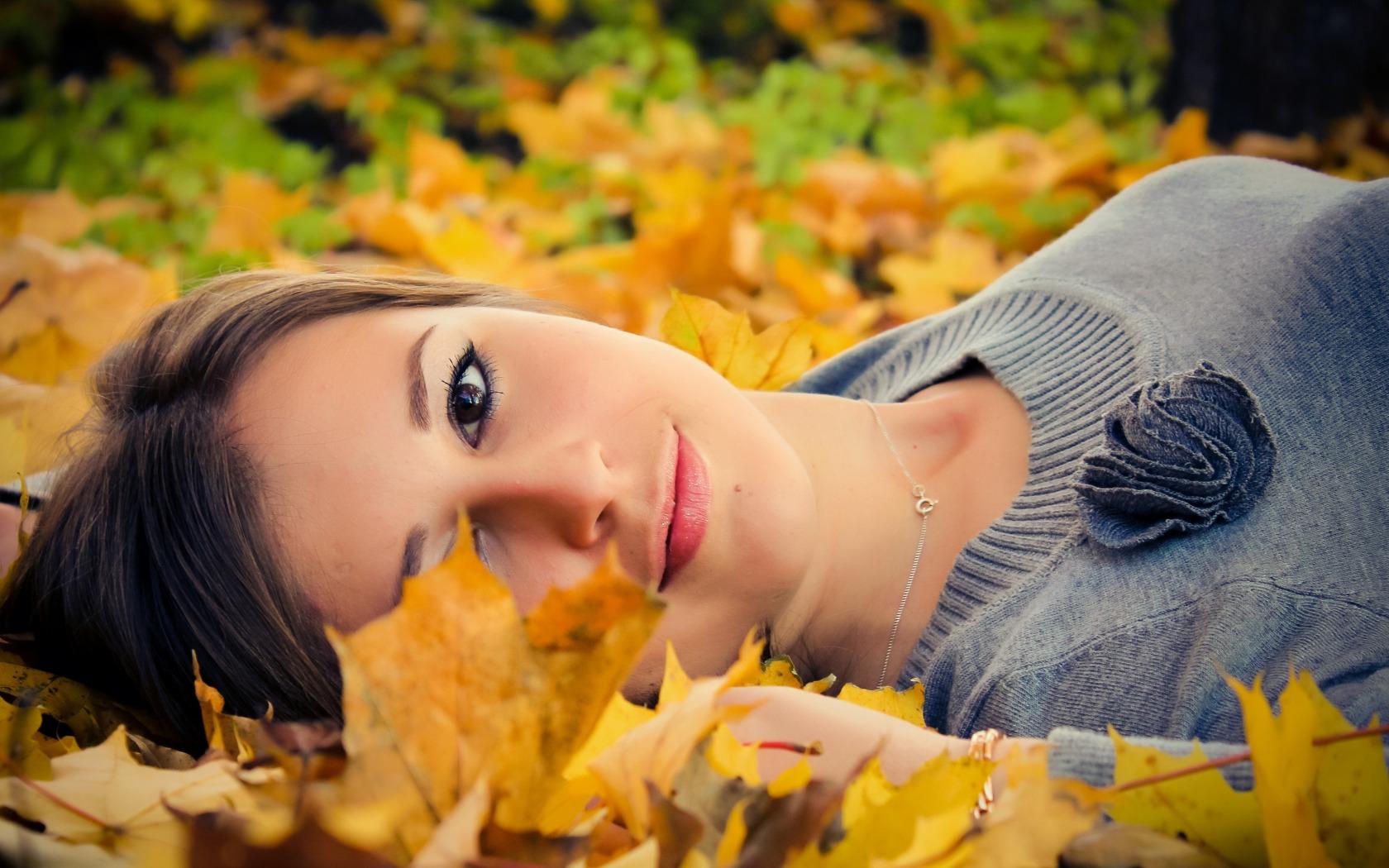 Девушка в осенних листьях картинка