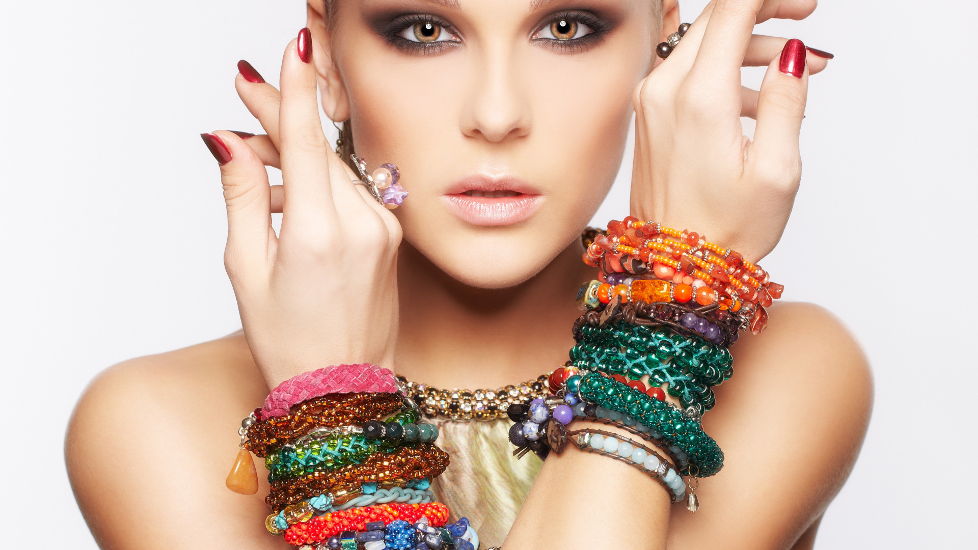 Фото девушки с браслетами