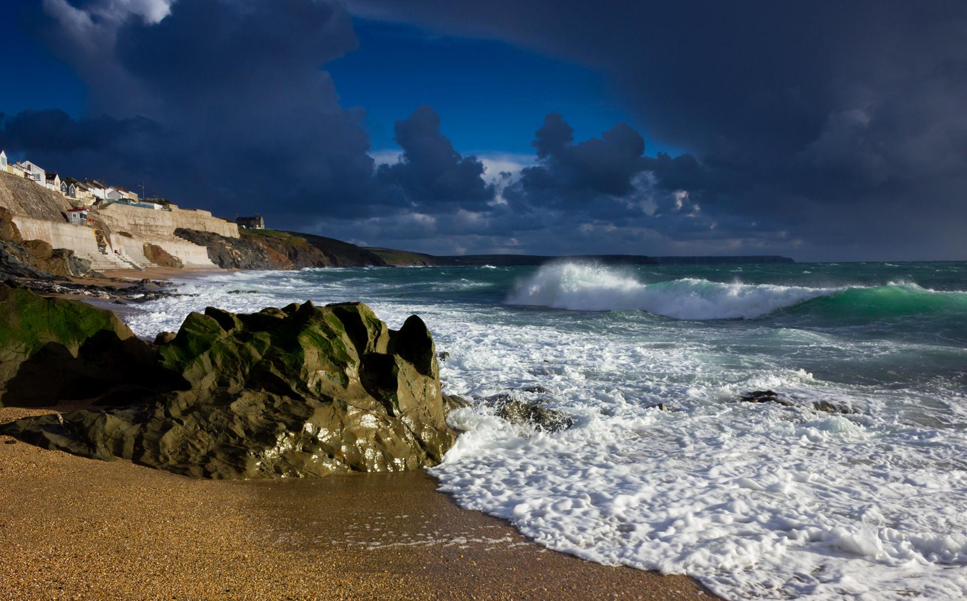 Волна море шторм камни фото