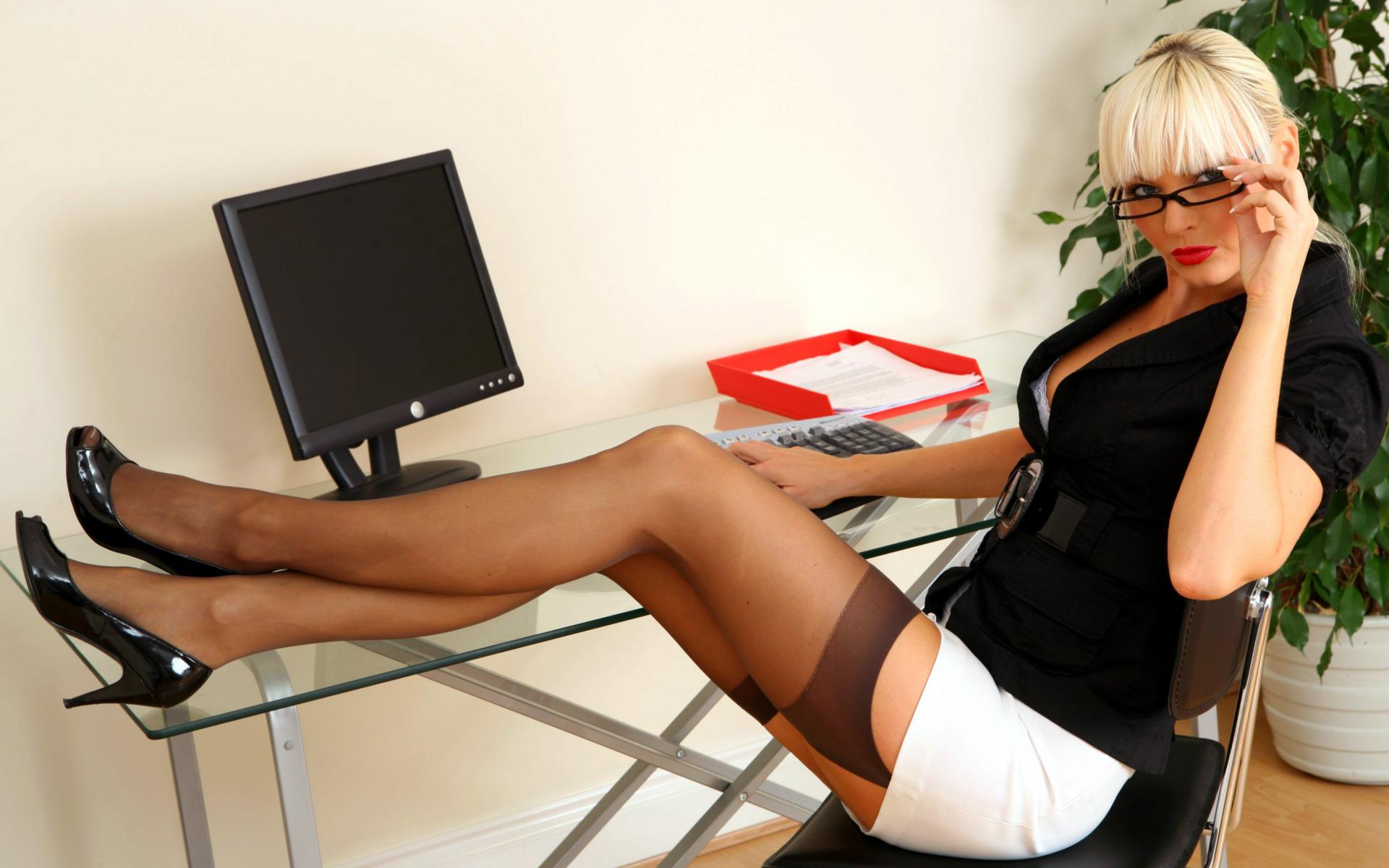Фото на работе под столом, Девушка в чулках мастурбирует на работе под столом 12 фотография
