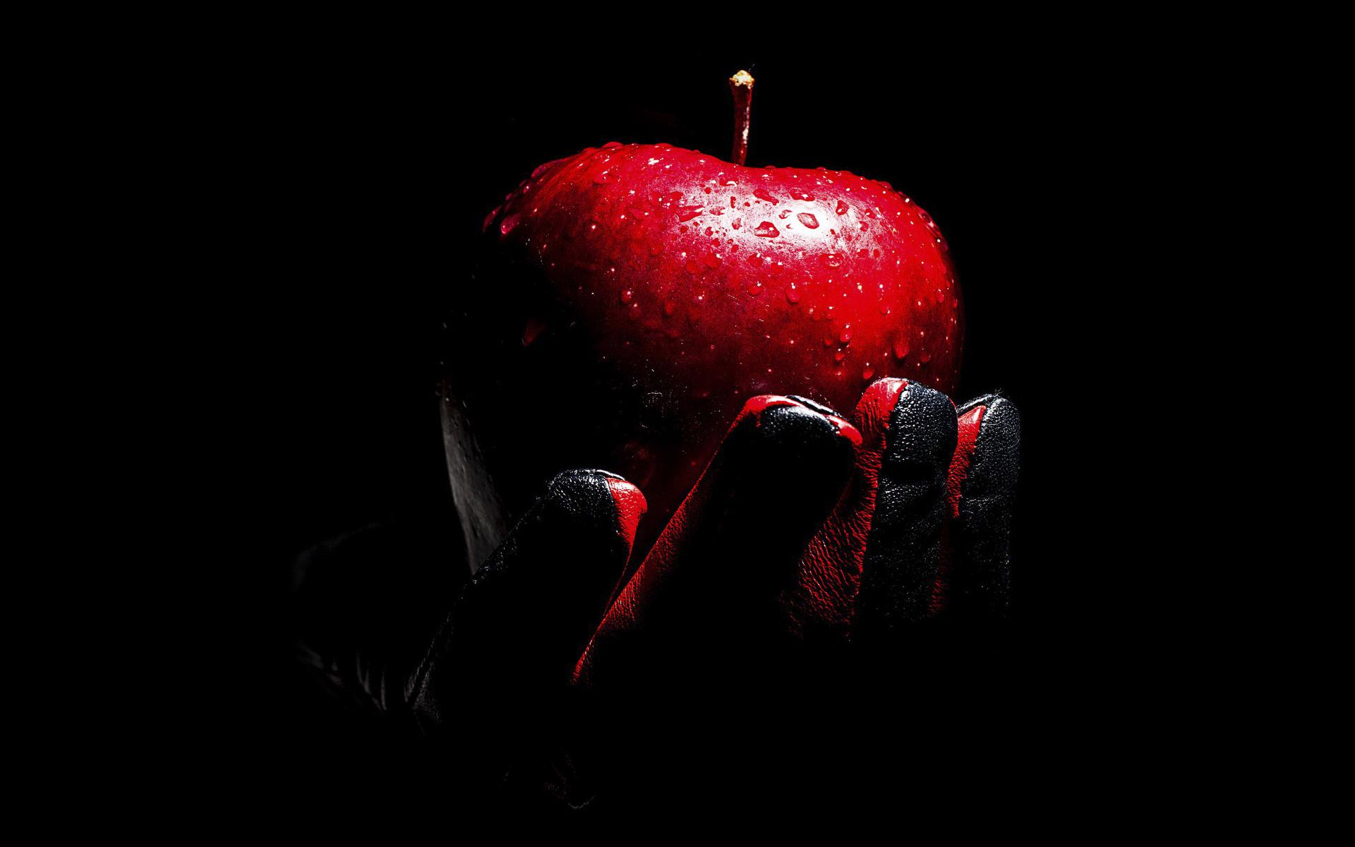 Обои на рабочий стол яблоко на черном фоне