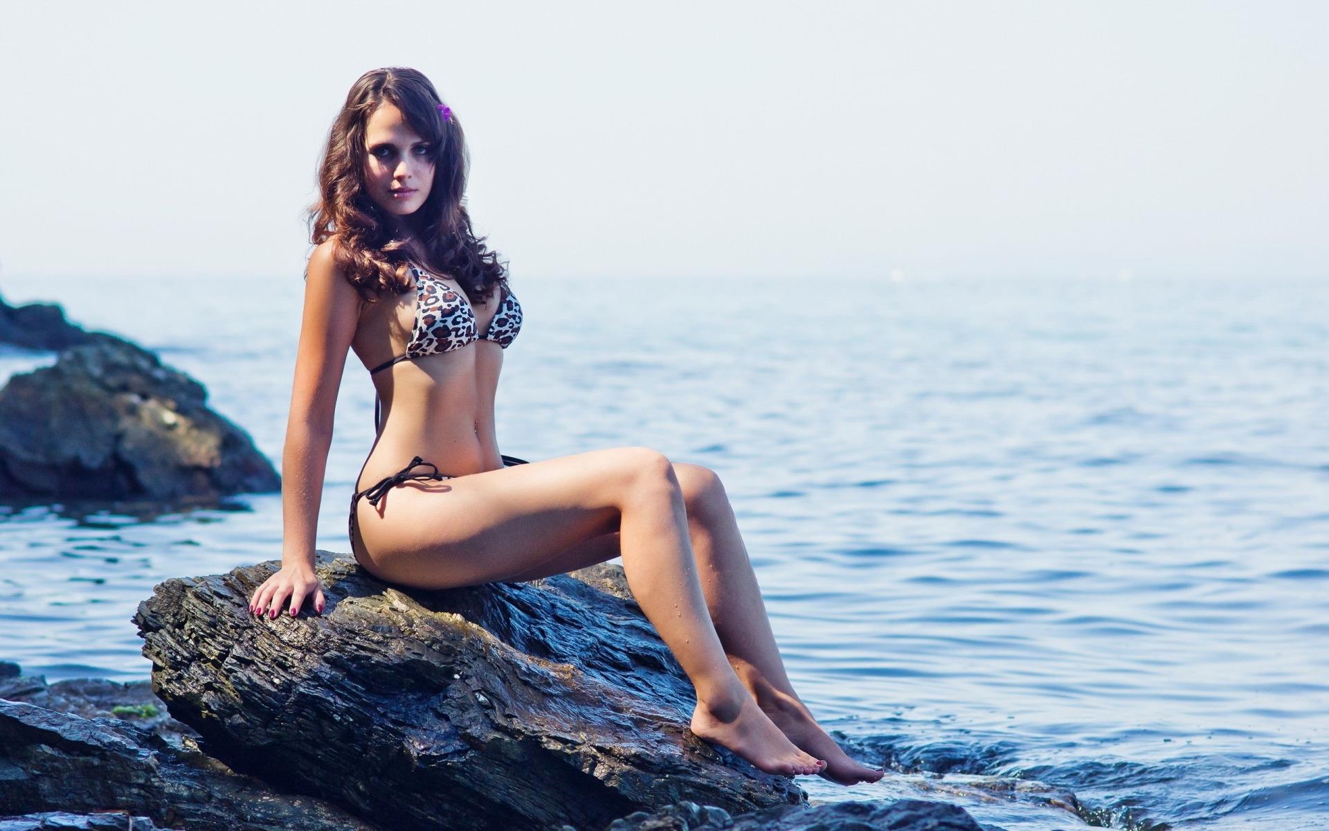 Худенькая девка с офигительным телом позирует на фоне моря  47431