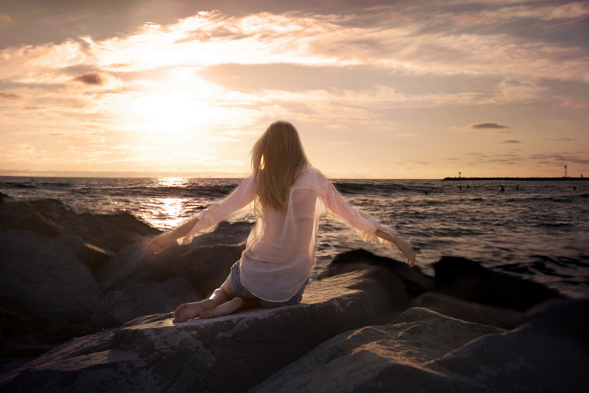 Девушка спиной у моря картинка