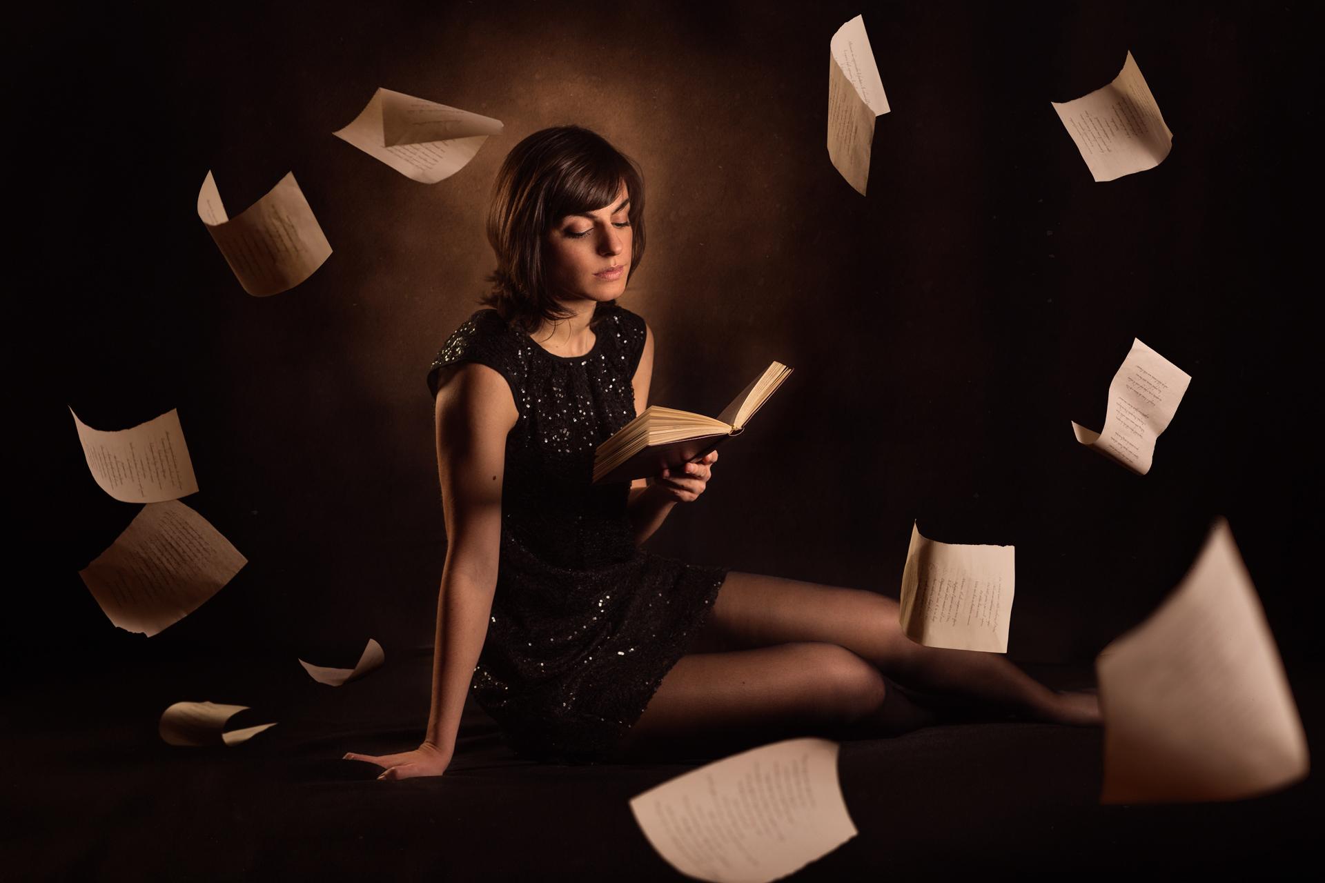 Девушка и книги фото