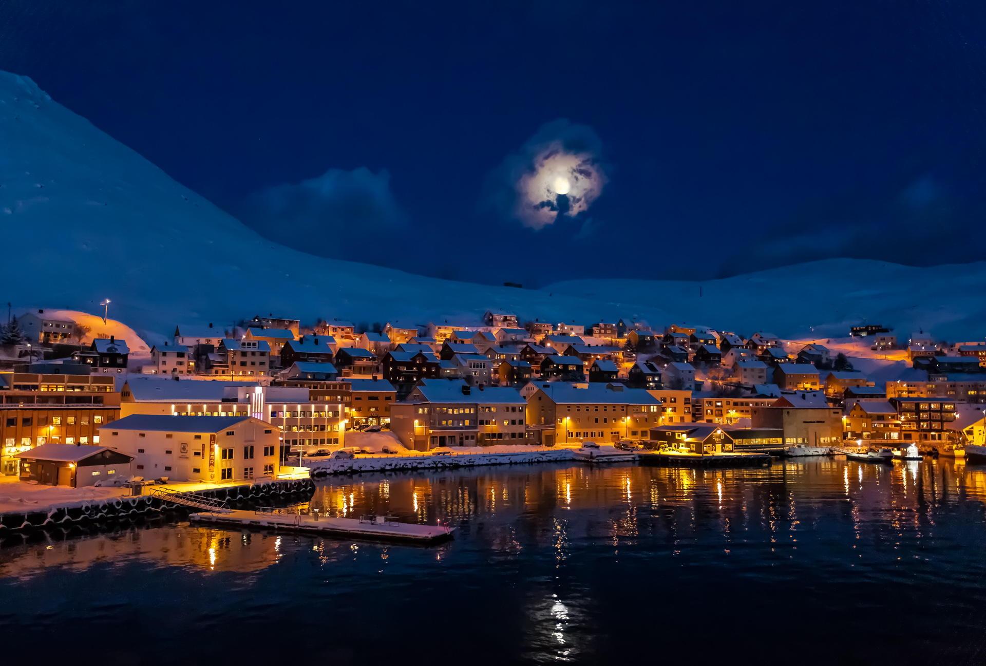 луна над городом  № 1456781 бесплатно