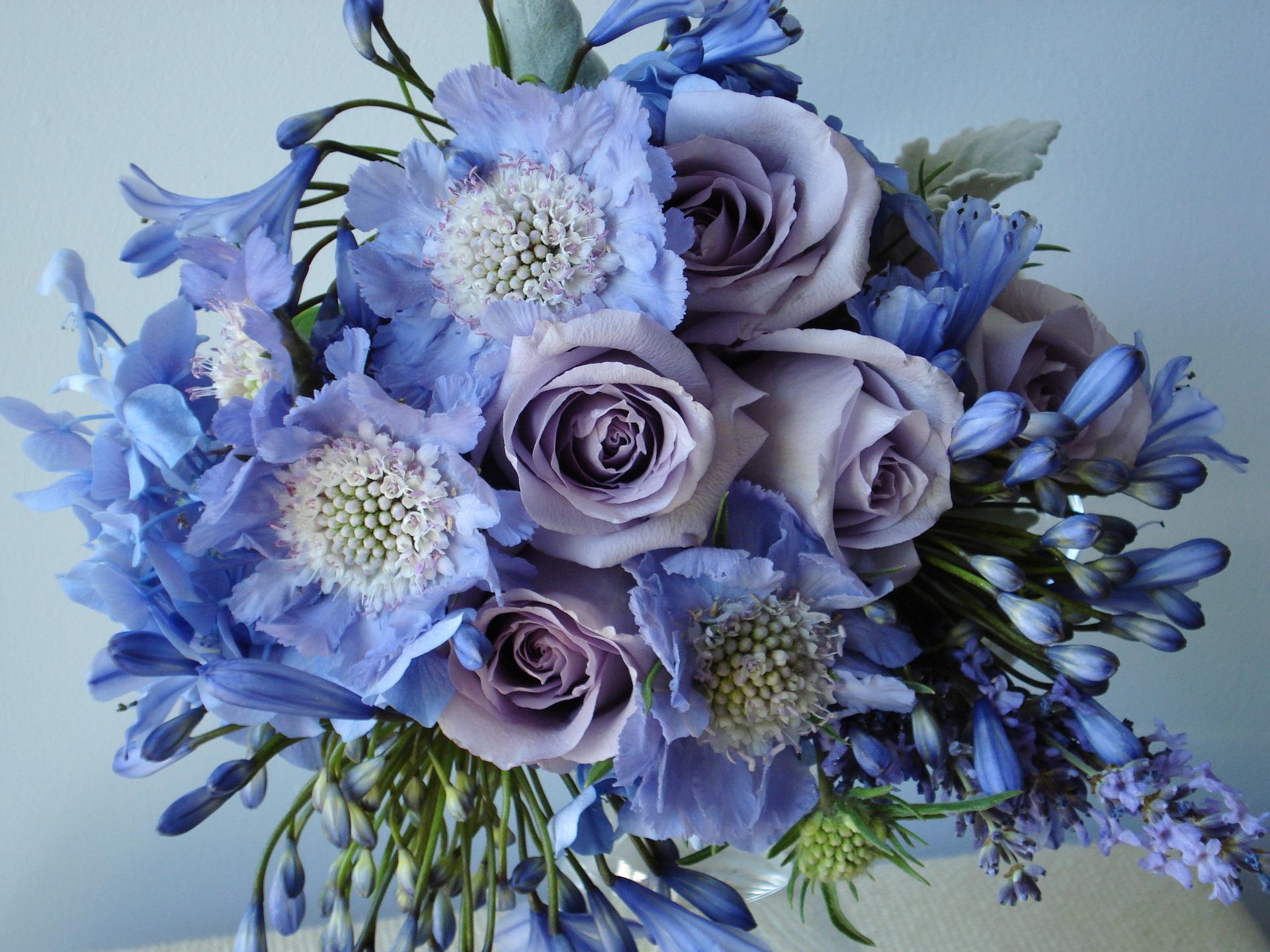 Фото букет розы и полевые цветы