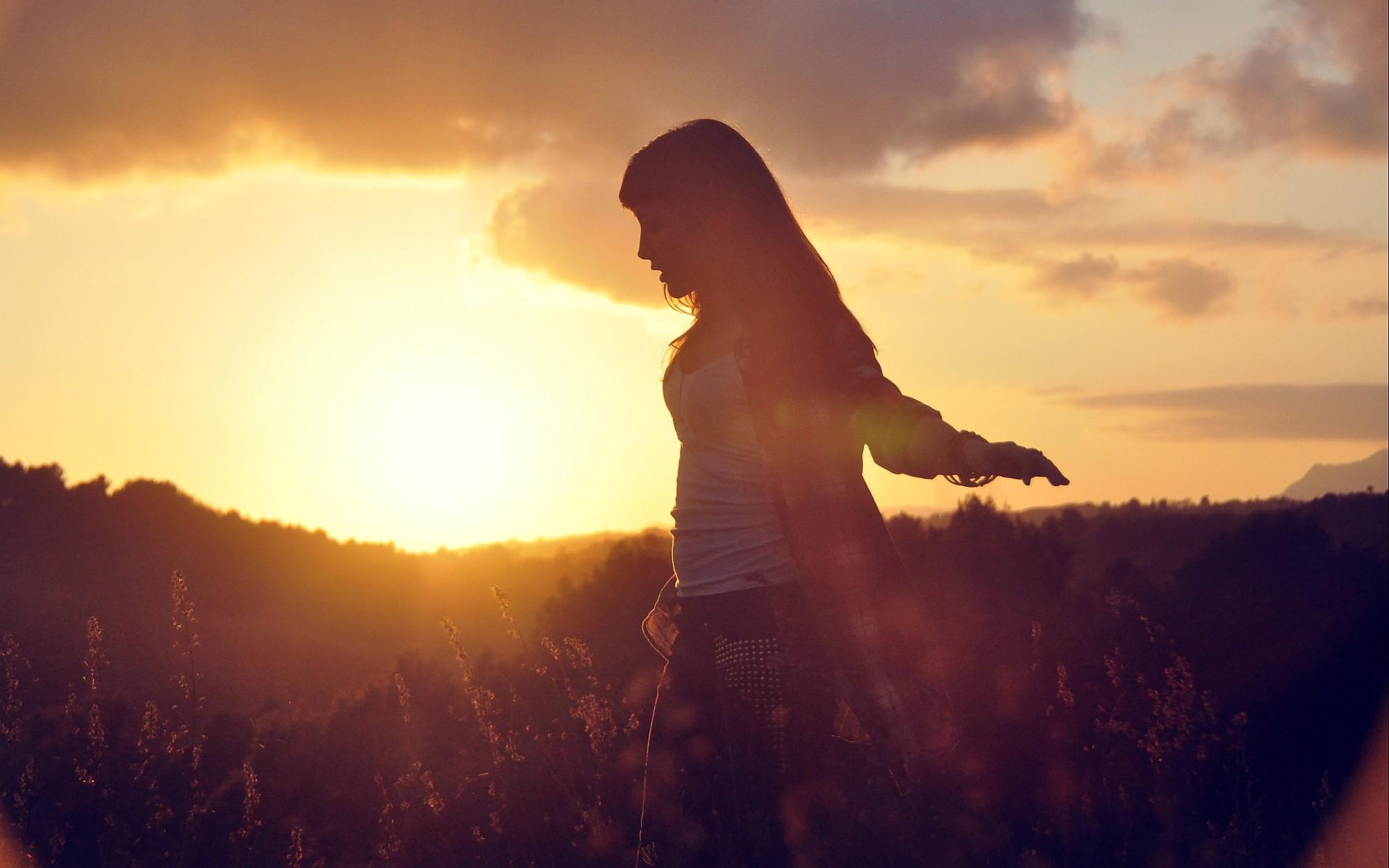 Фото с солнцем и девушкой