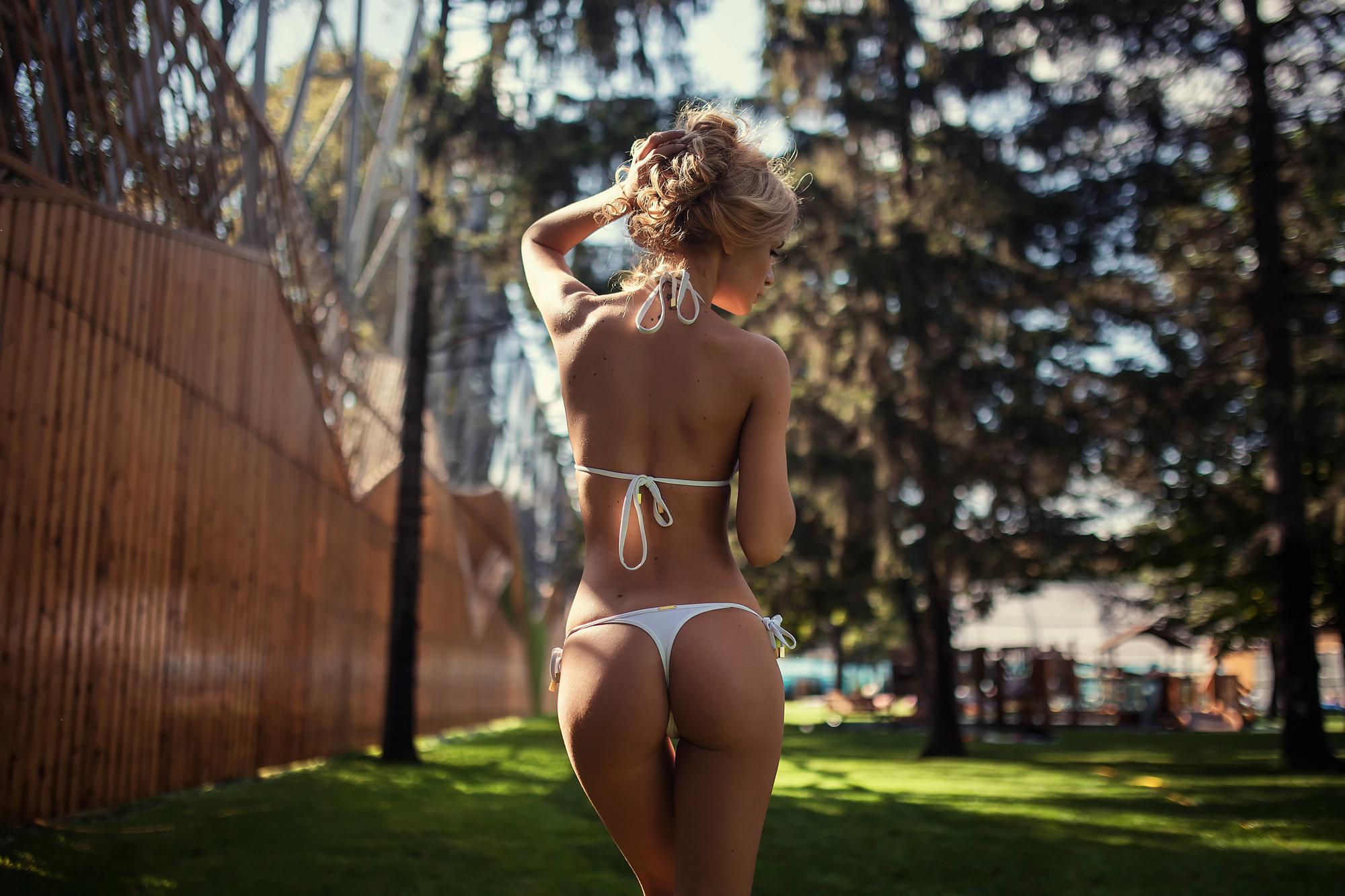 Вид сзади и снизу женщины фото
