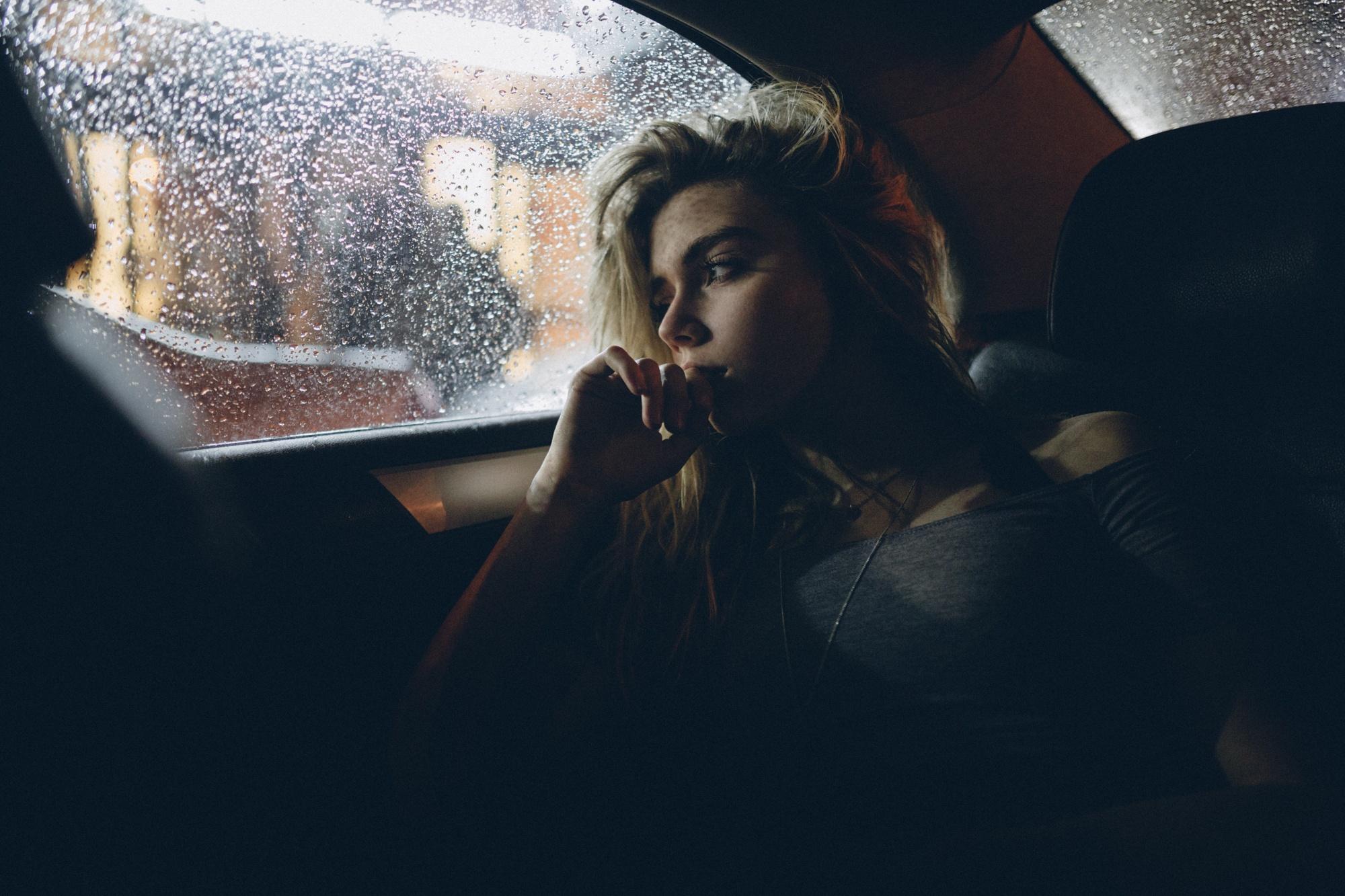 Девушка из окна автомобиля  № 3635831 бесплатно