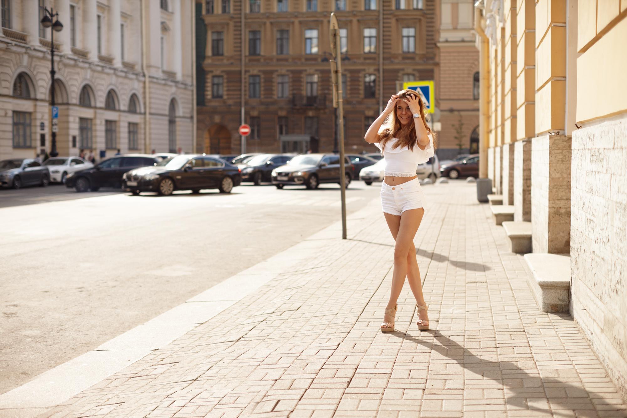 Видео девушка позирует на улице онлайн большими