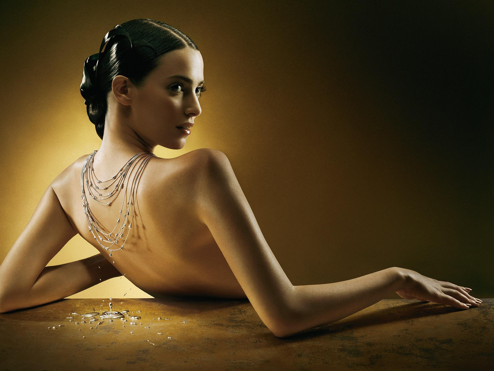 Фото девушки спиной в украшениях
