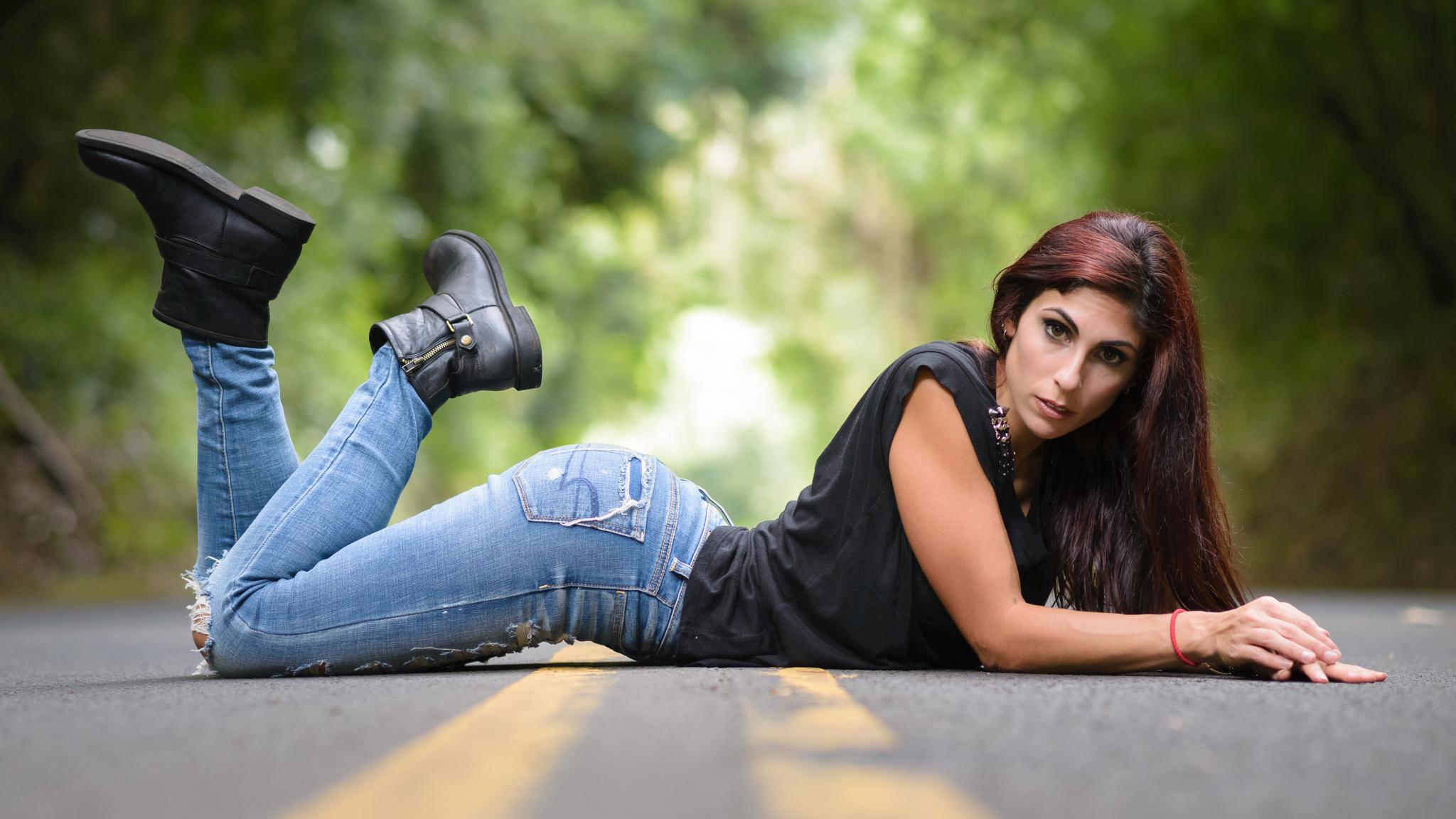 Картинка девушка в джинсах сидит