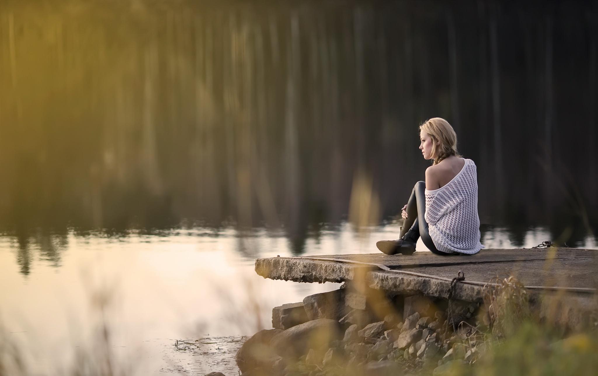 Картинки девушка грустная на природе