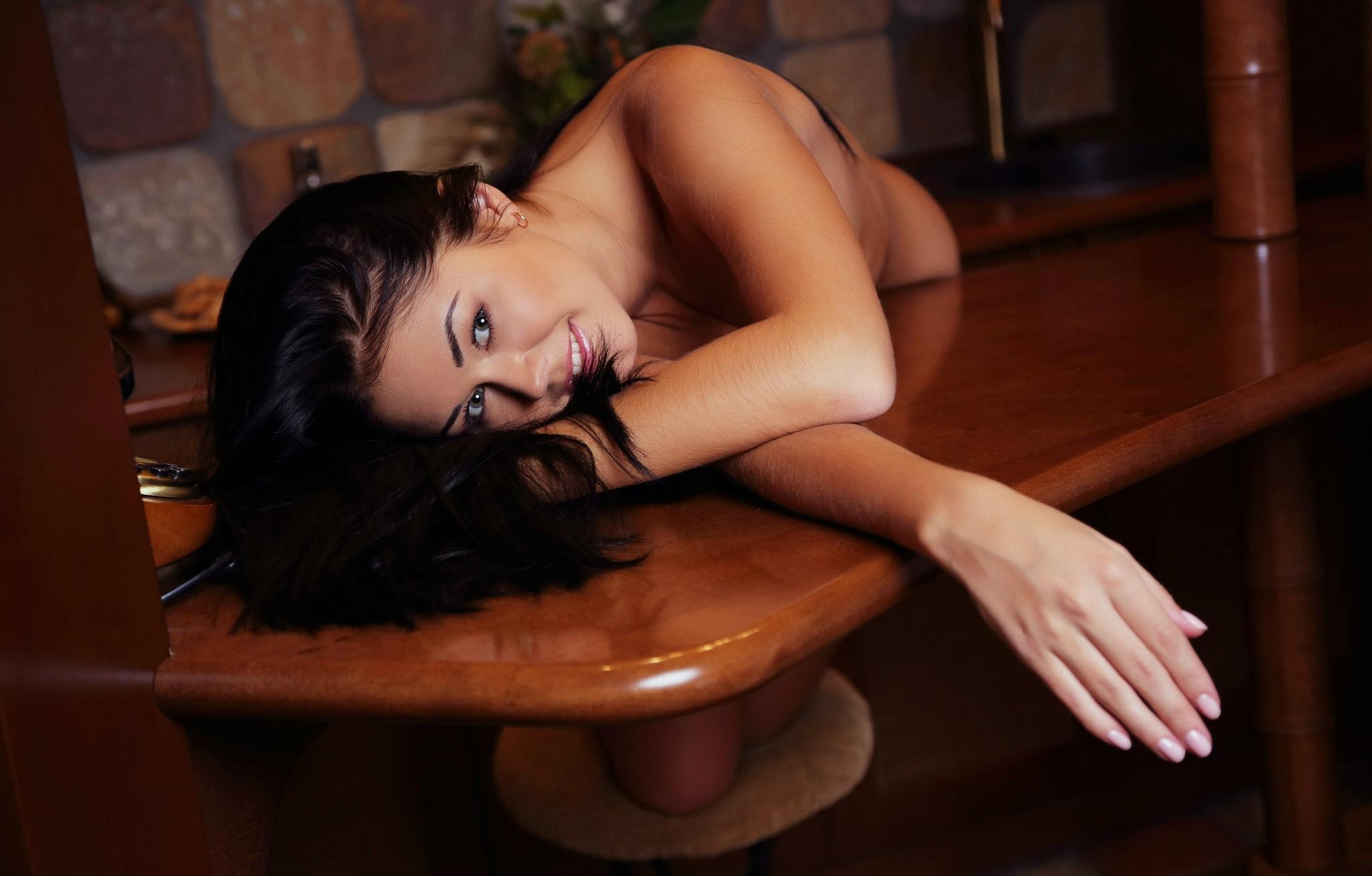 Сосед фотографирует сексуальную брюнетку голой в её спальне  259515