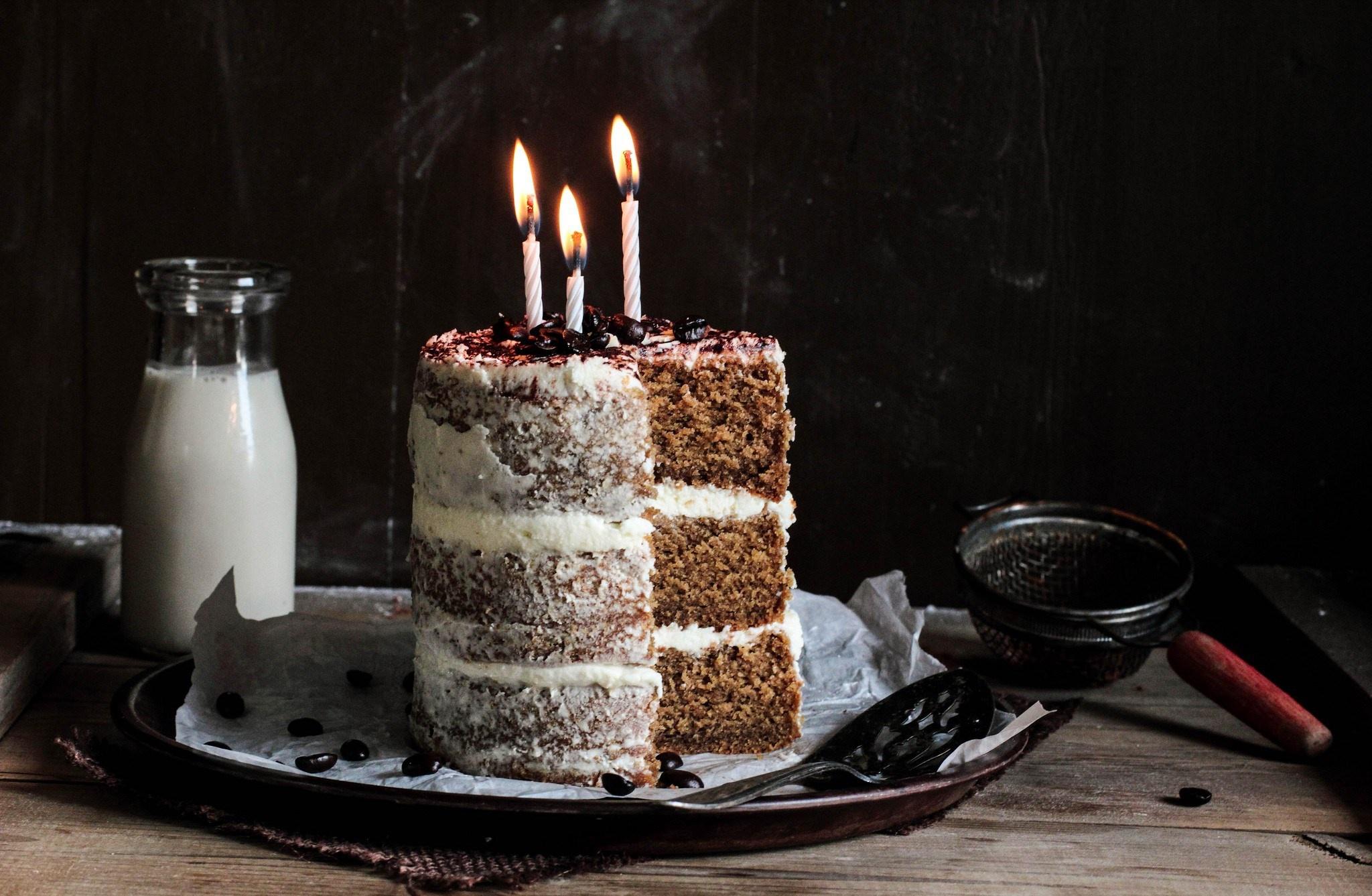 Кусок торта со свечей  № 2183947 без смс