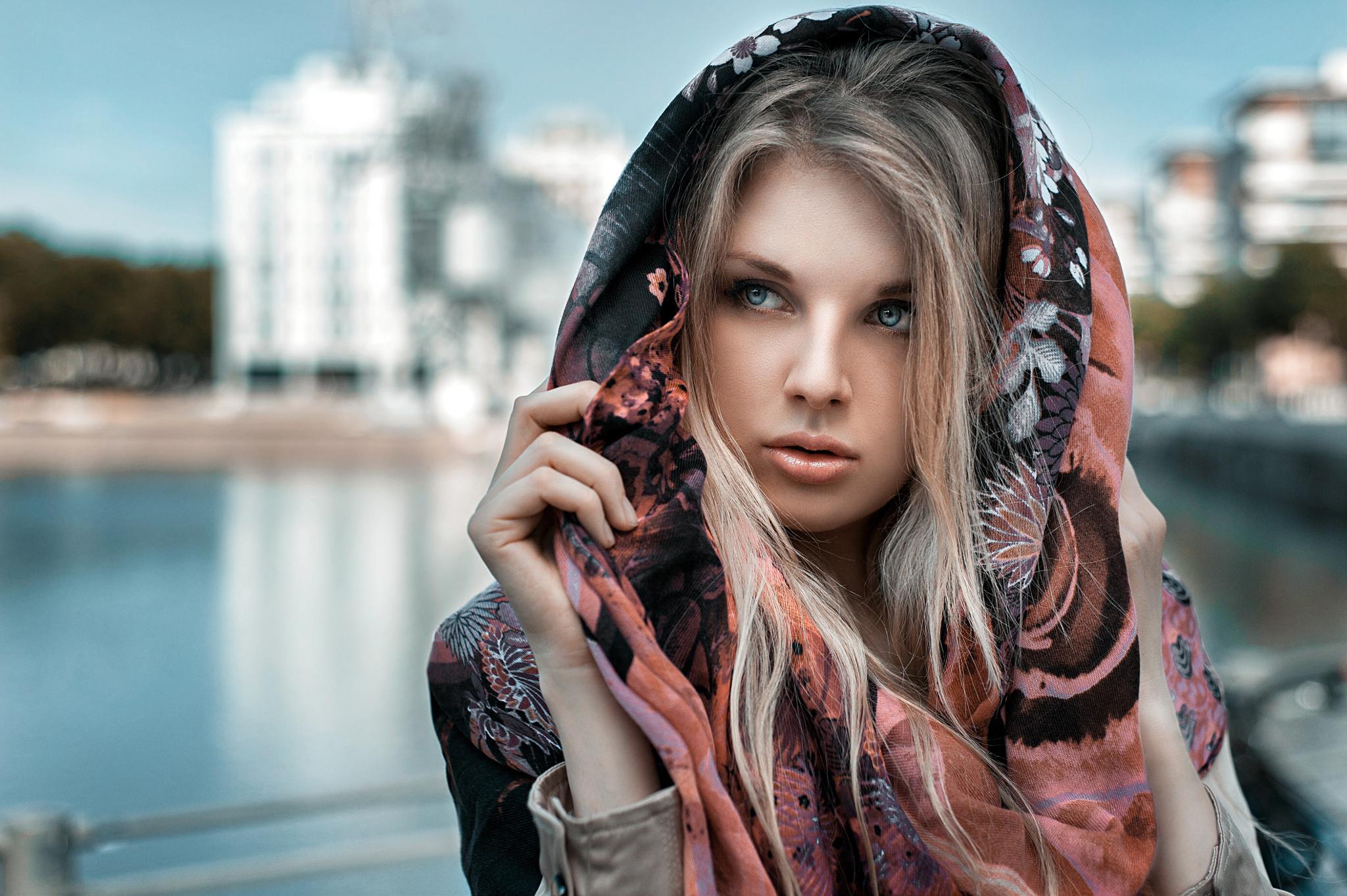 блондинка в платке фото всего мира родился, мама