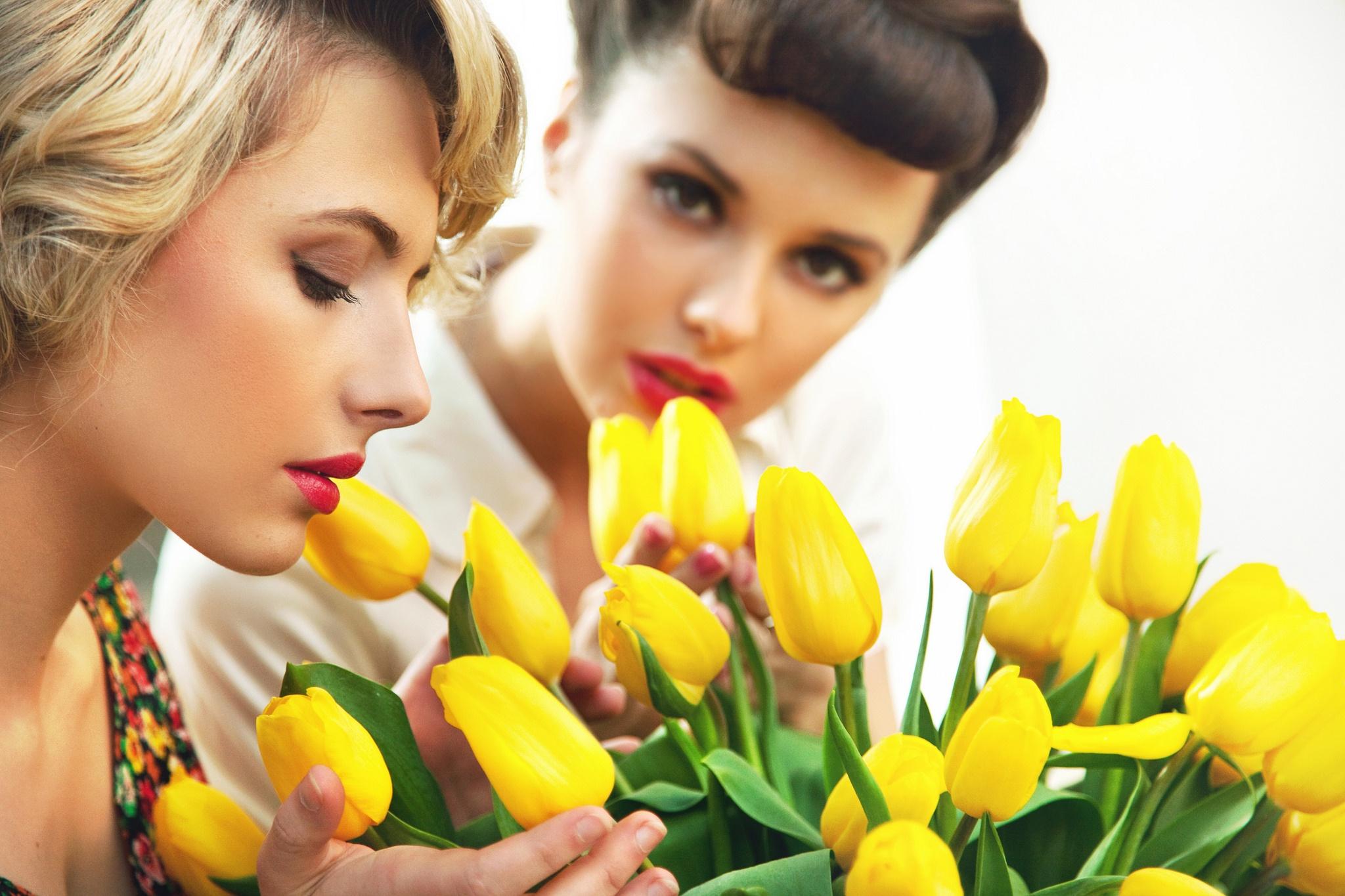 Фото две девушки с цветами