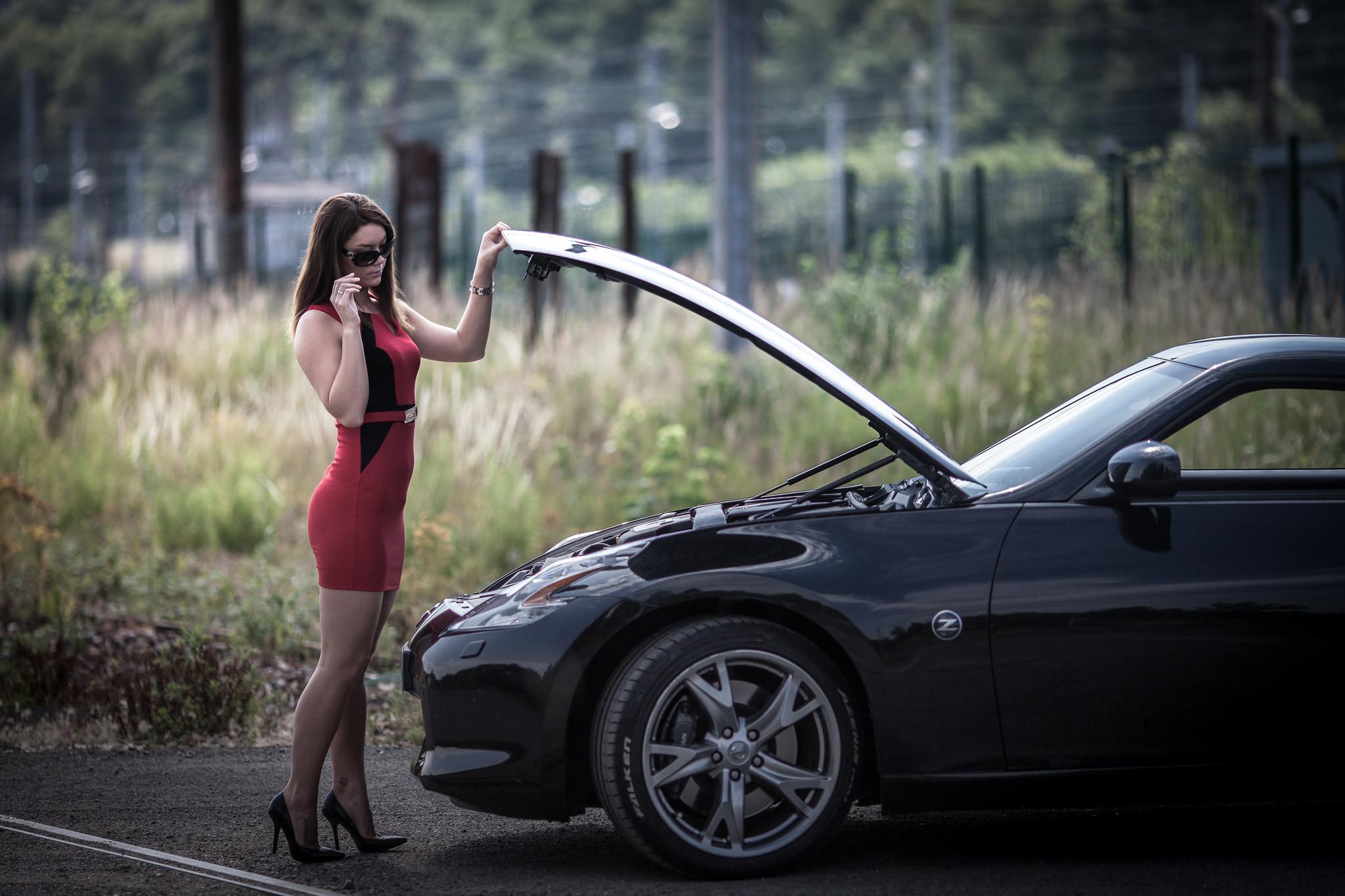 Девушка в мини под капотлм машины фото — 2