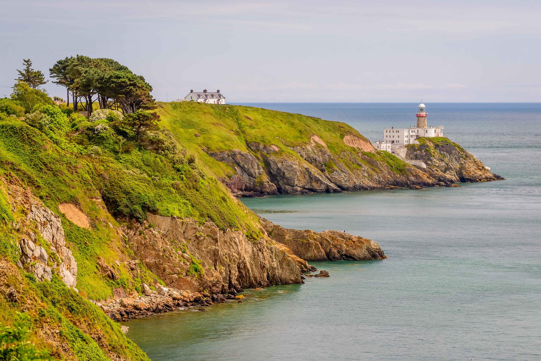 Купить домик с маяком у побережья океана