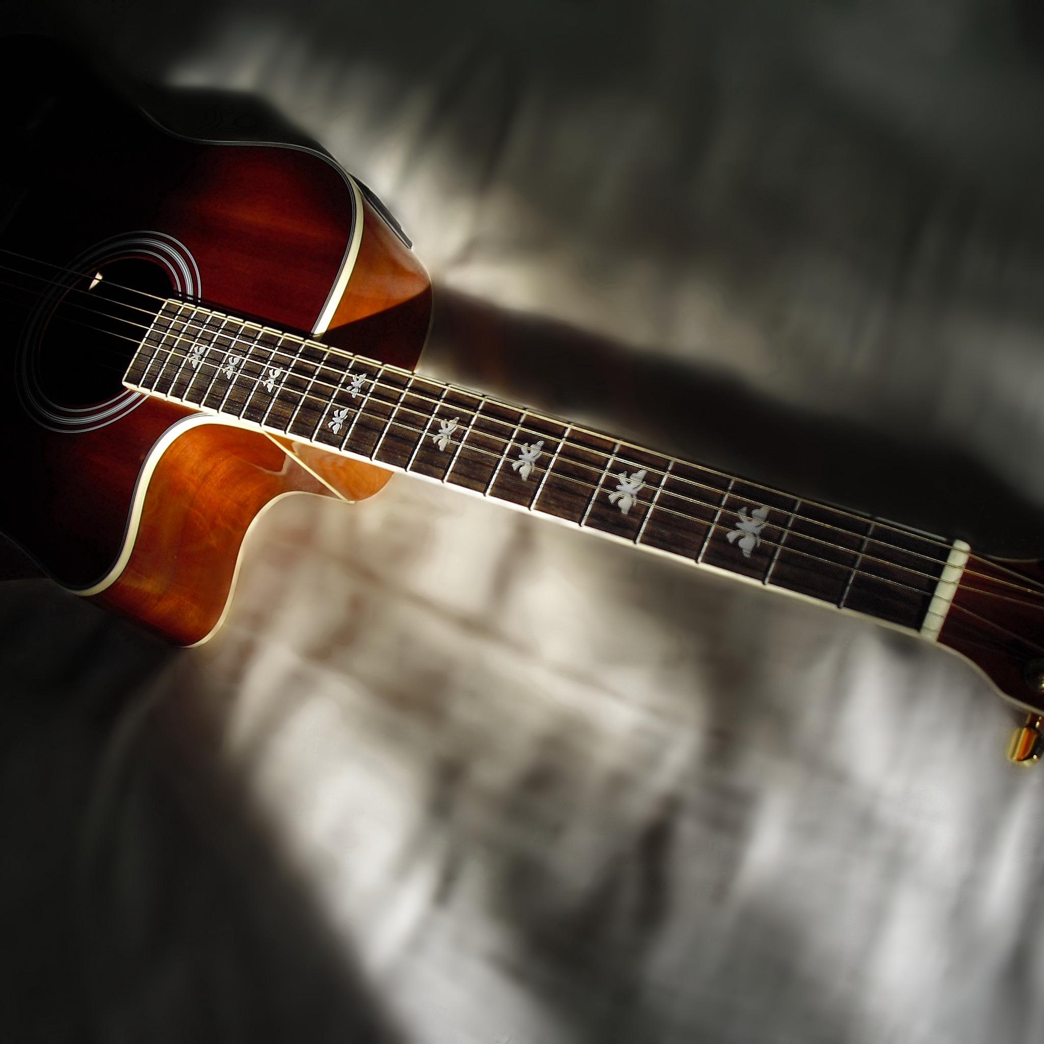 С гитарой открытка, надписями для друзей