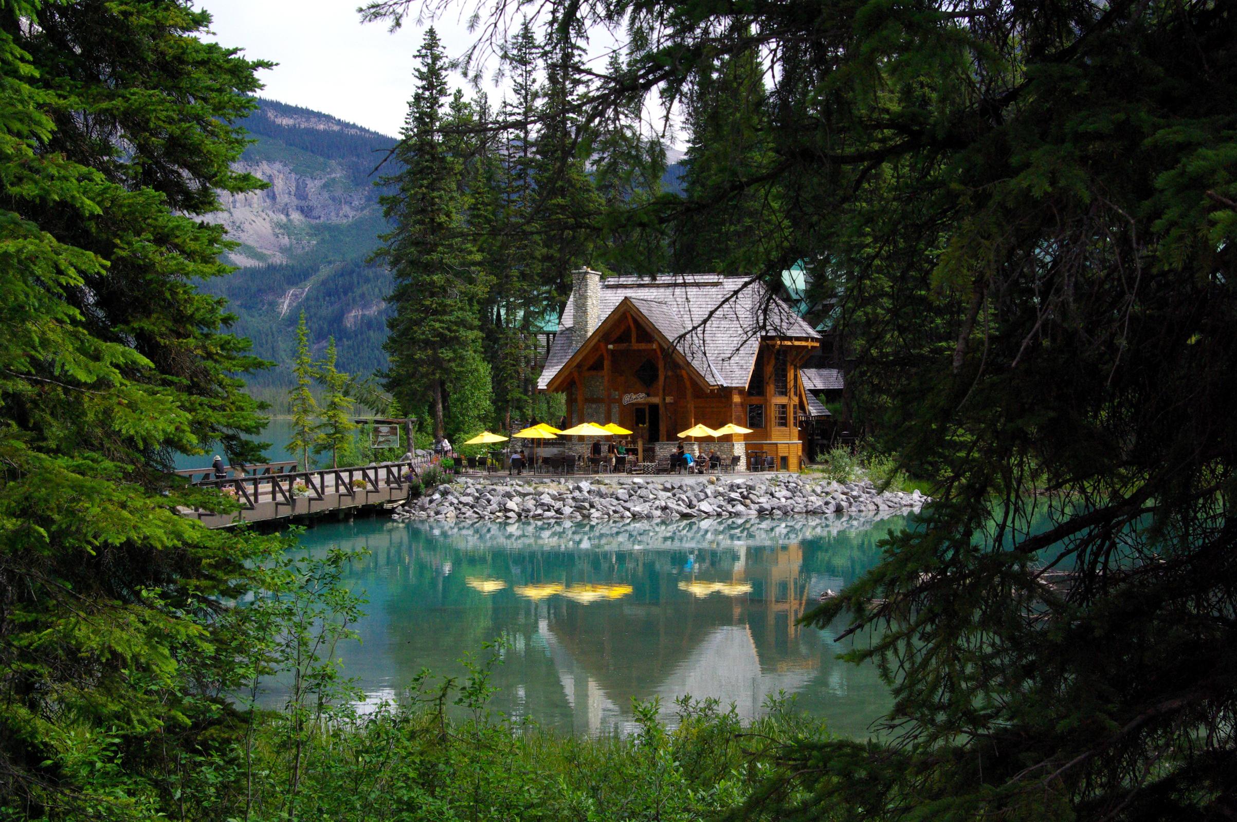 Дом в лесу у озера картинки большие флизелиновых обоях