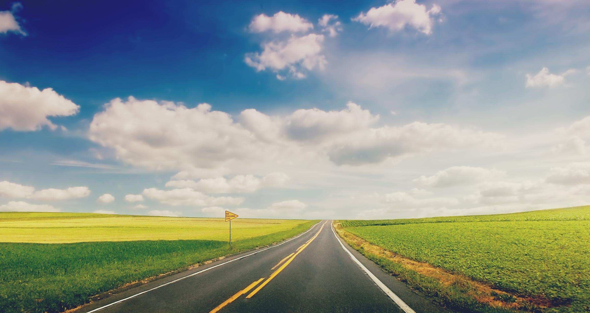 Дорога через зеленое поле  № 2604494 бесплатно