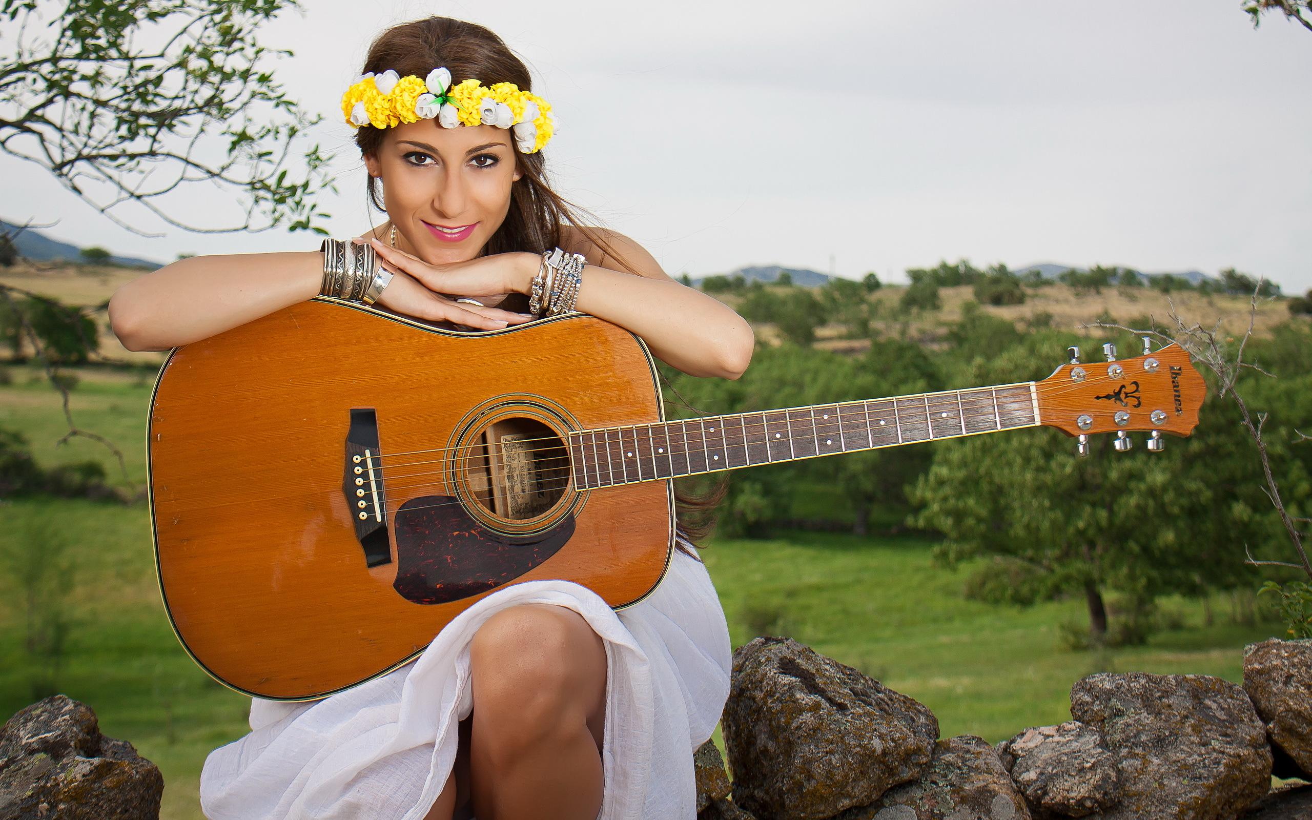 девушки гитара улыбка  № 465349 без смс
