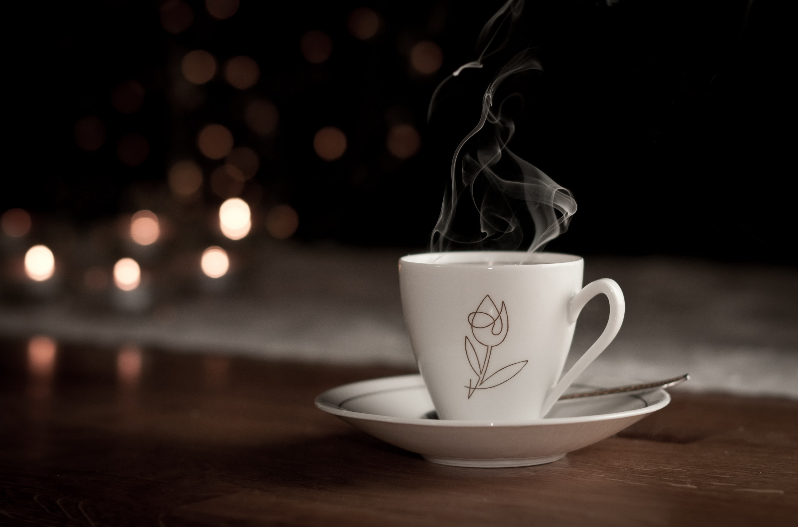 Белая чашка на фоне огней  № 2121544 без смс
