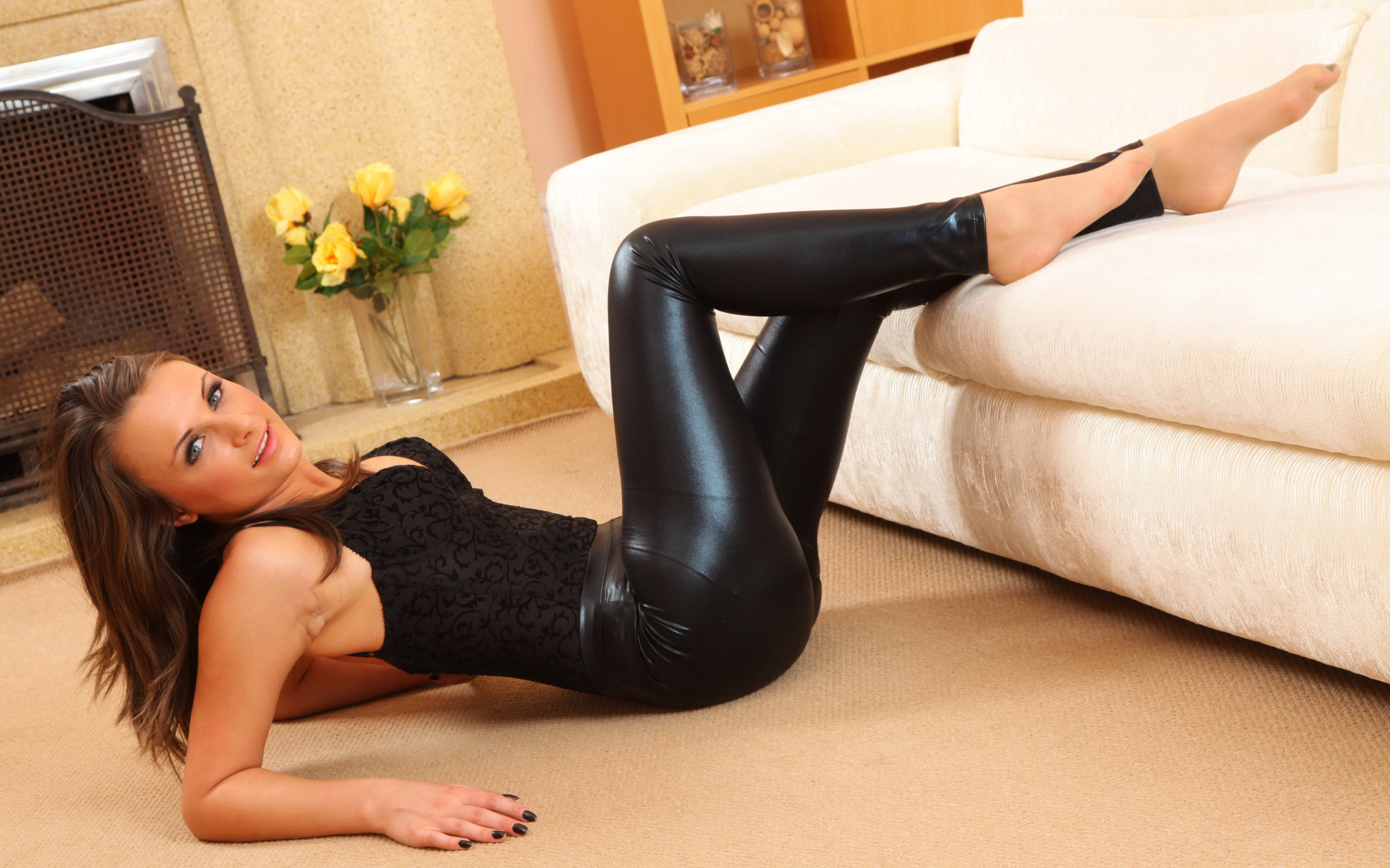 Awesome brunette bitch Deliliah is spreading her shaved tight hole № 582059 без смс