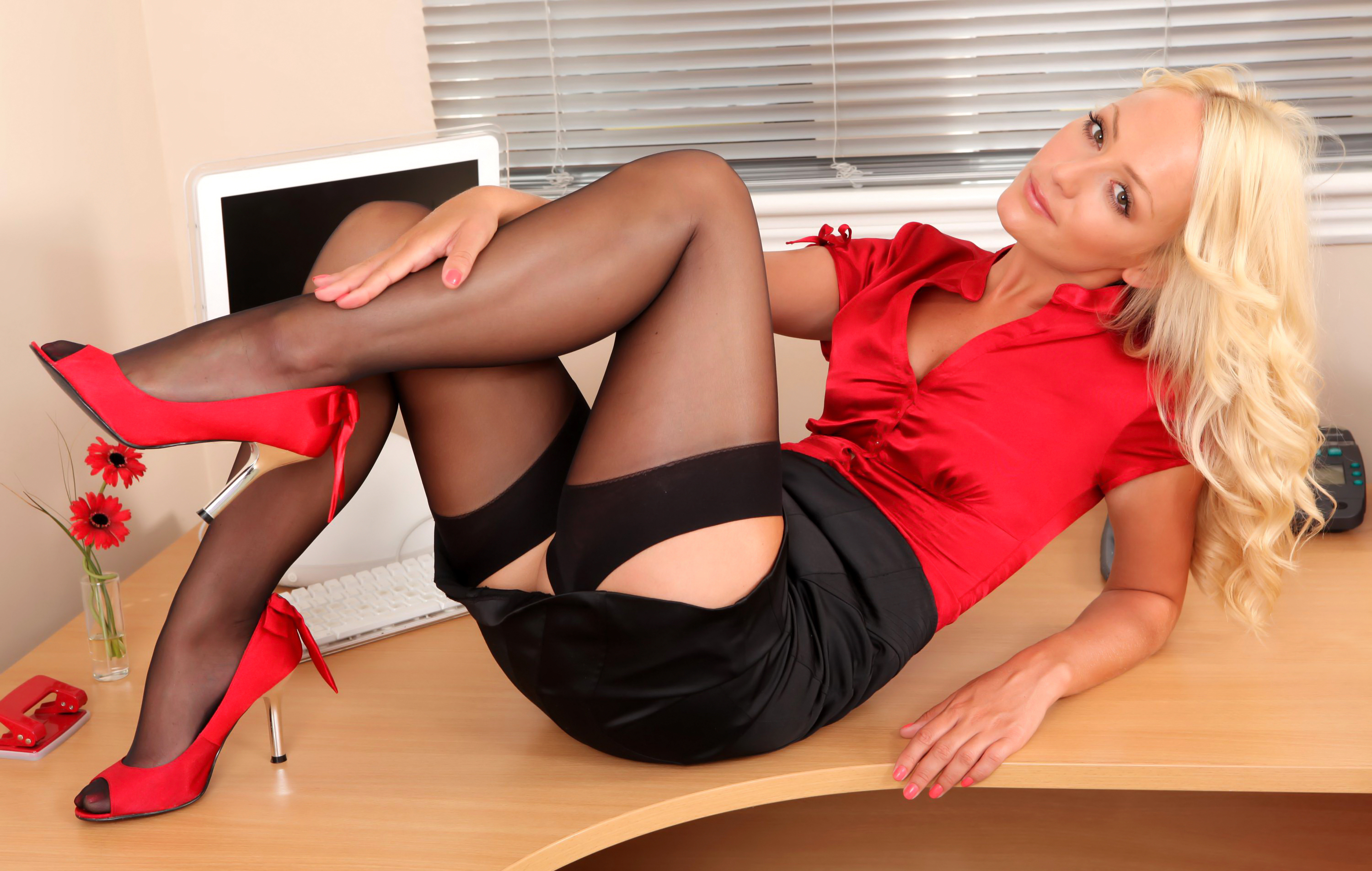 Blonde secretary Keira Nicole spreads fishnet stocking clad legs for oral  2050080
