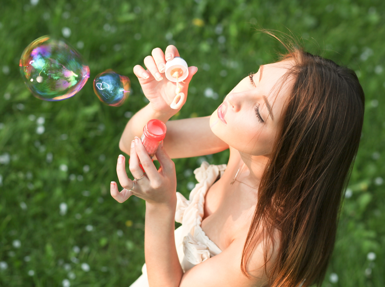 милая девочка с мыльными пузырями  № 1823136  скачать