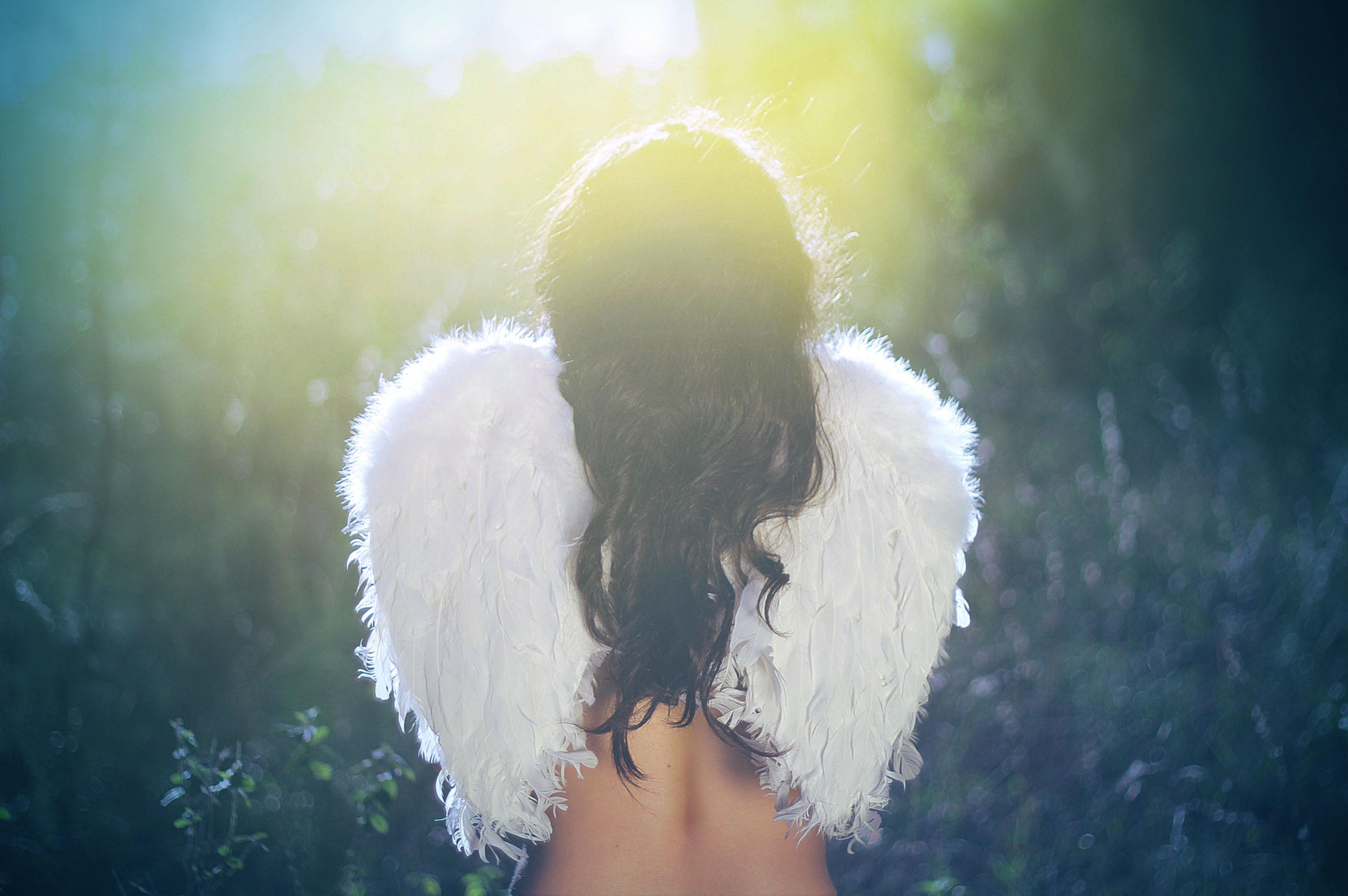 Фото девушки брюнетки с ангелом