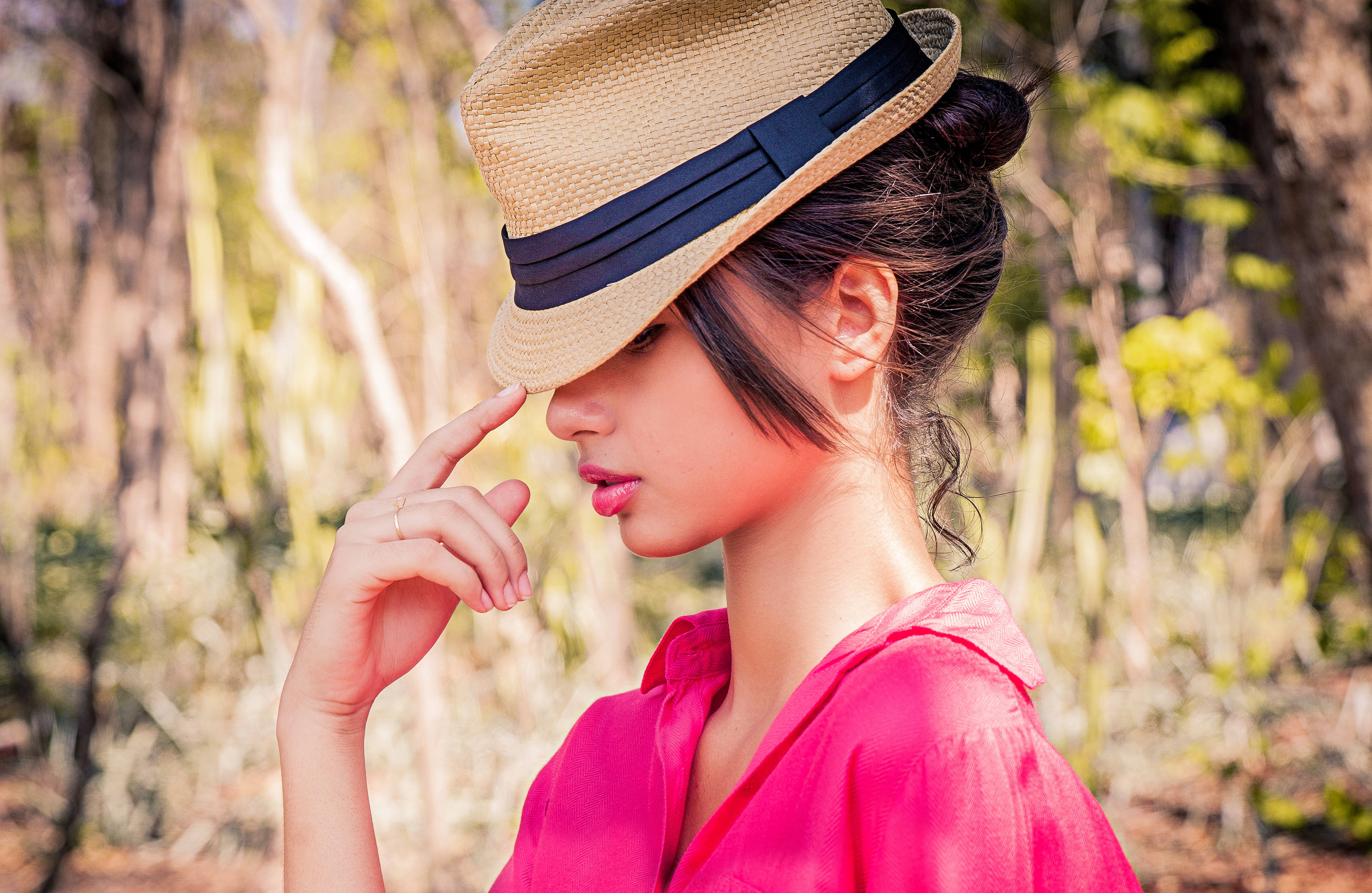 Девушка в шляпах
