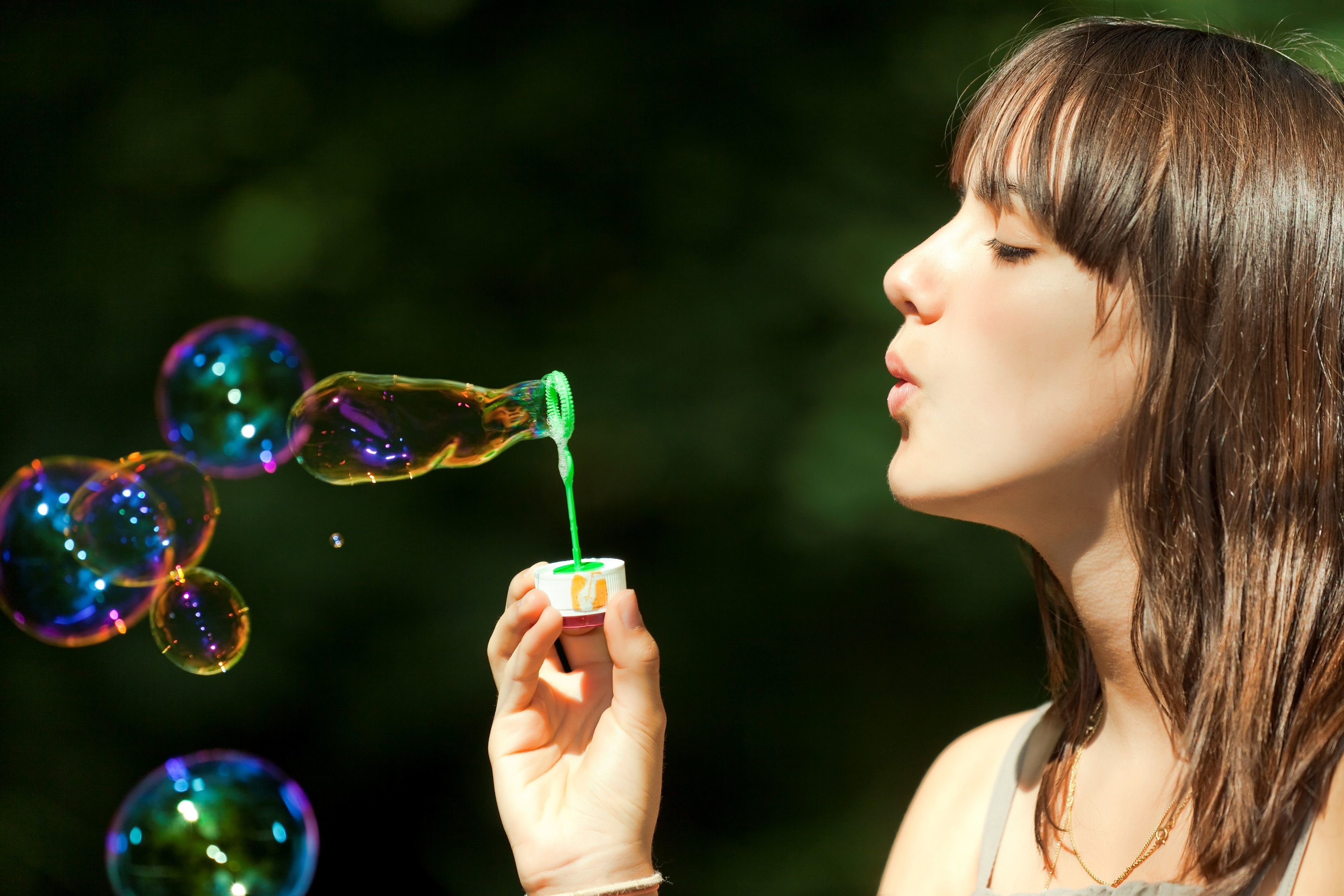 милая девочка с мыльными пузырями  № 1823228 загрузить