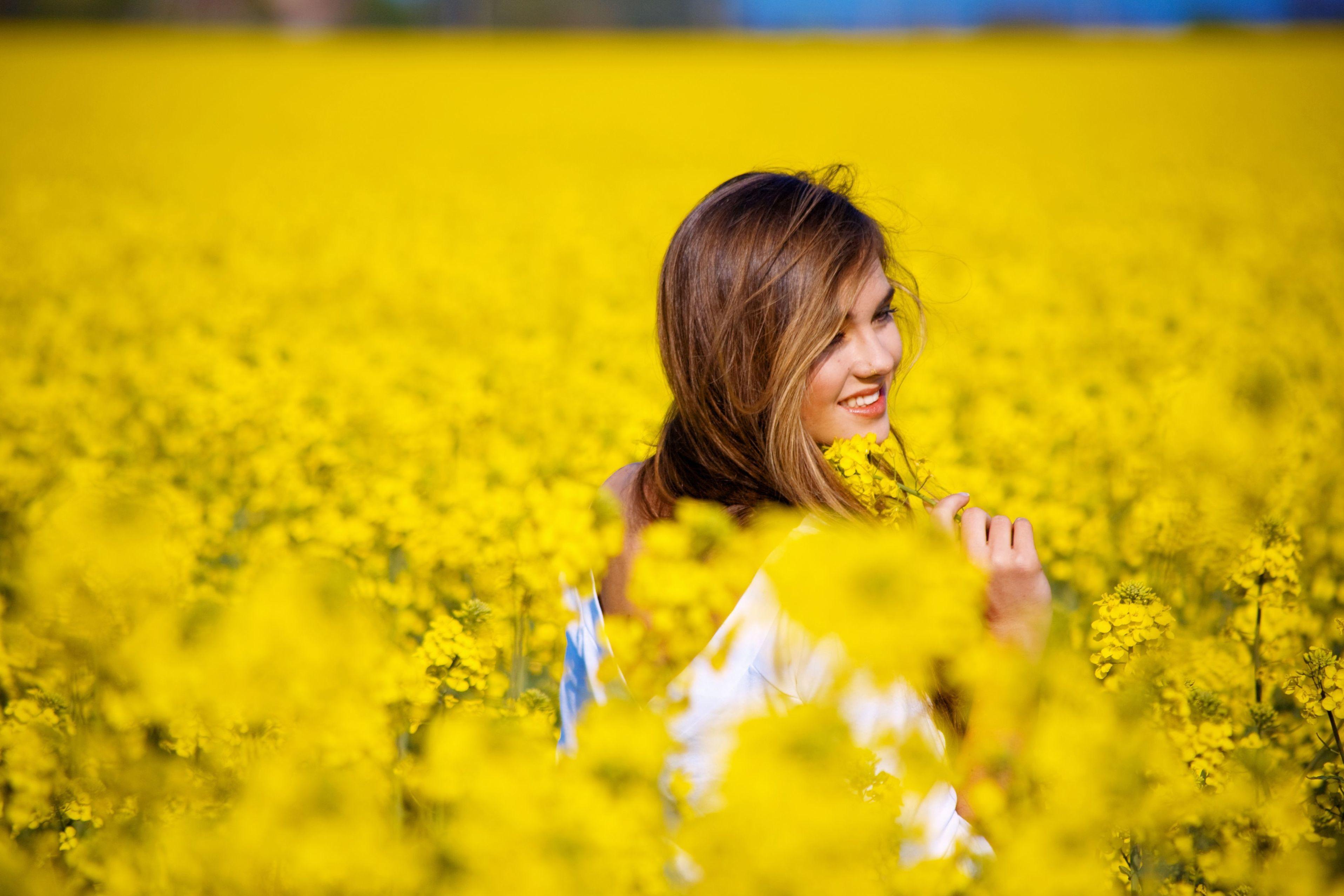 девушка природа белое платье цветы желтые  № 3832569 бесплатно