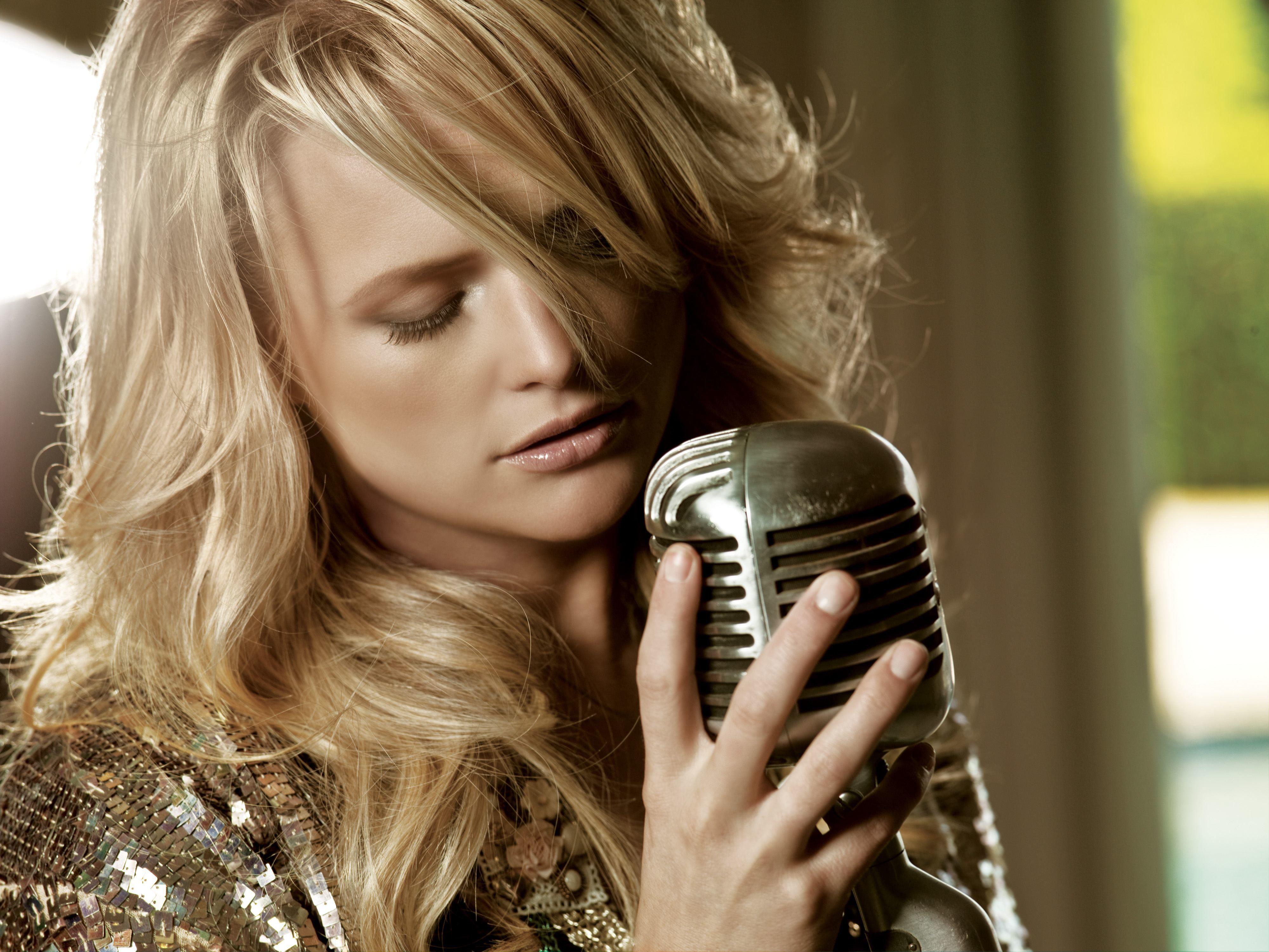 фото певицы с микрофоном