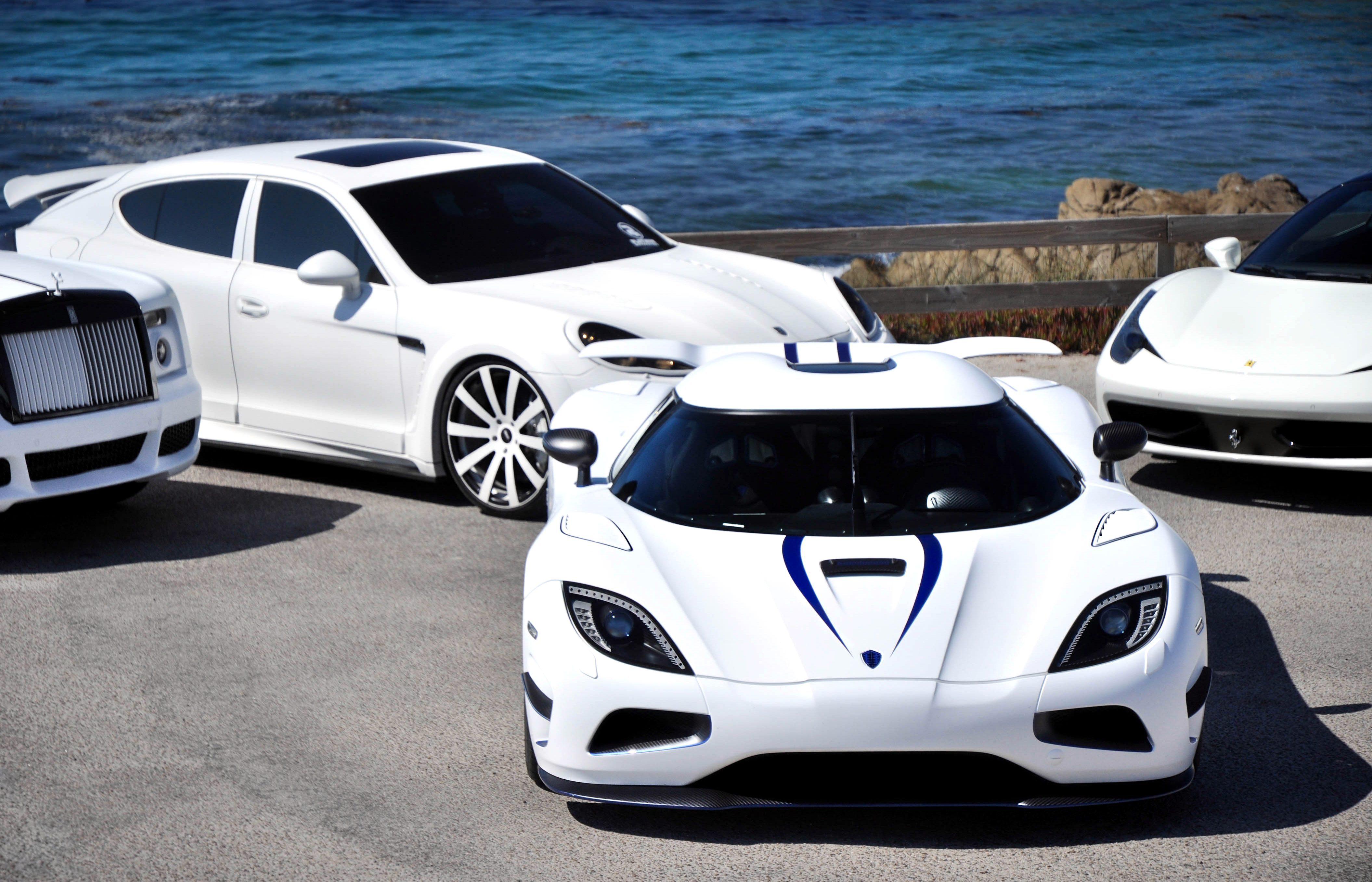 Белый авто в легкой синеве  № 3565226  скачать