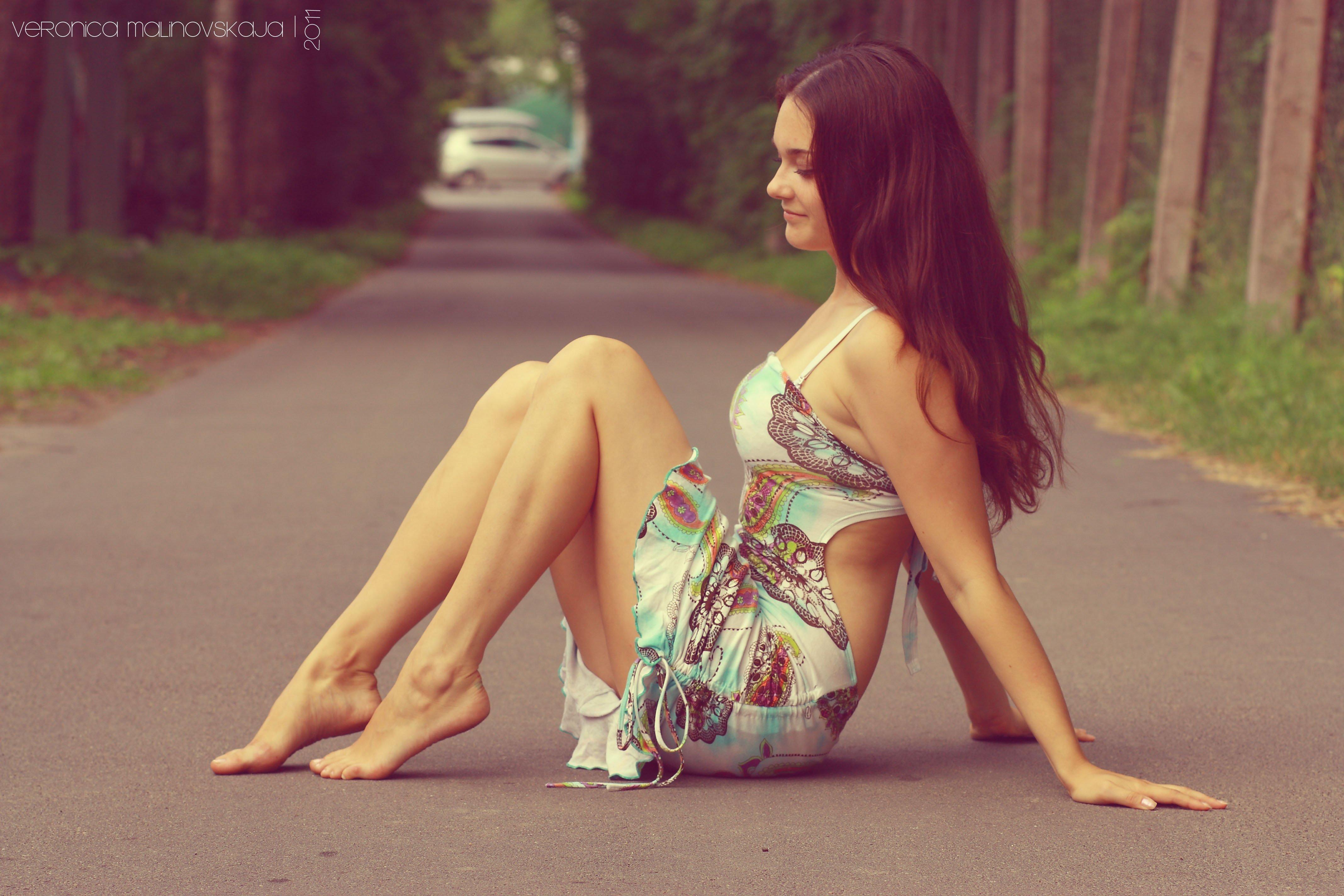 https://img1.goodfon.ru/original/4272x2848/4/18/devushka-bryunetka-plate-6377.jpg
