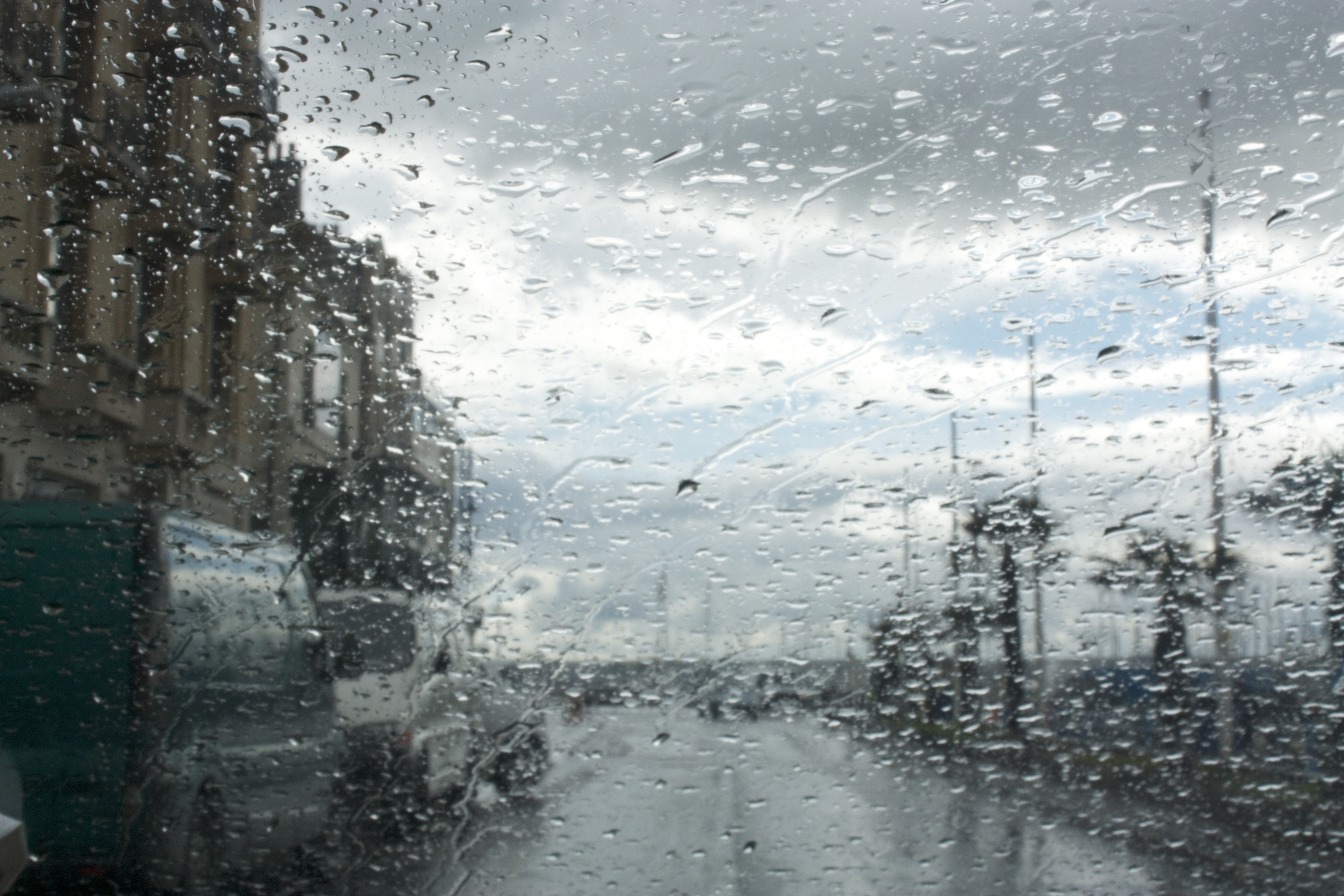 храме картинки дождя в городе из окна энергетиком