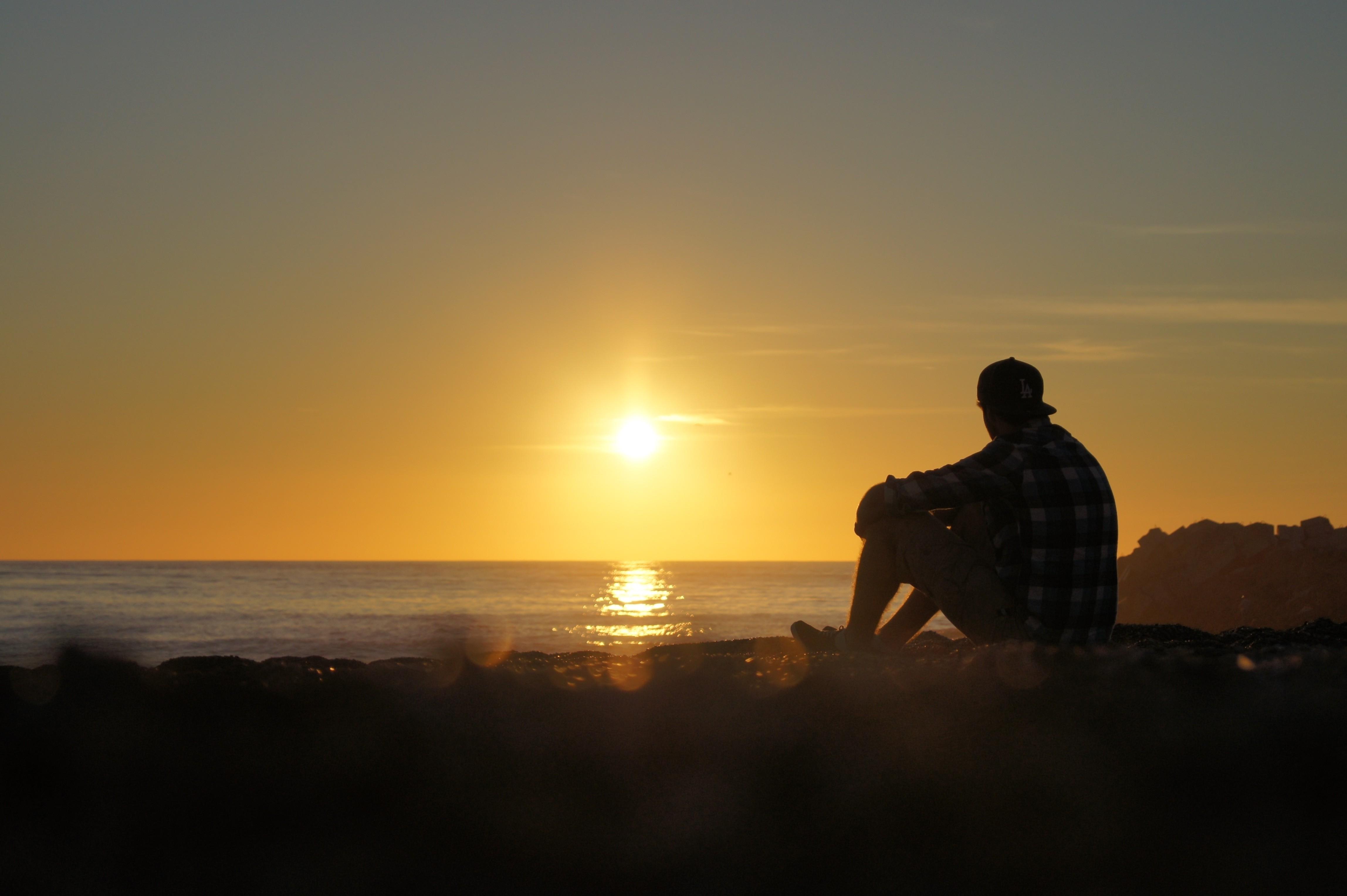 борщев парень стоит на закате солнца картинки освещение здания прилегающей