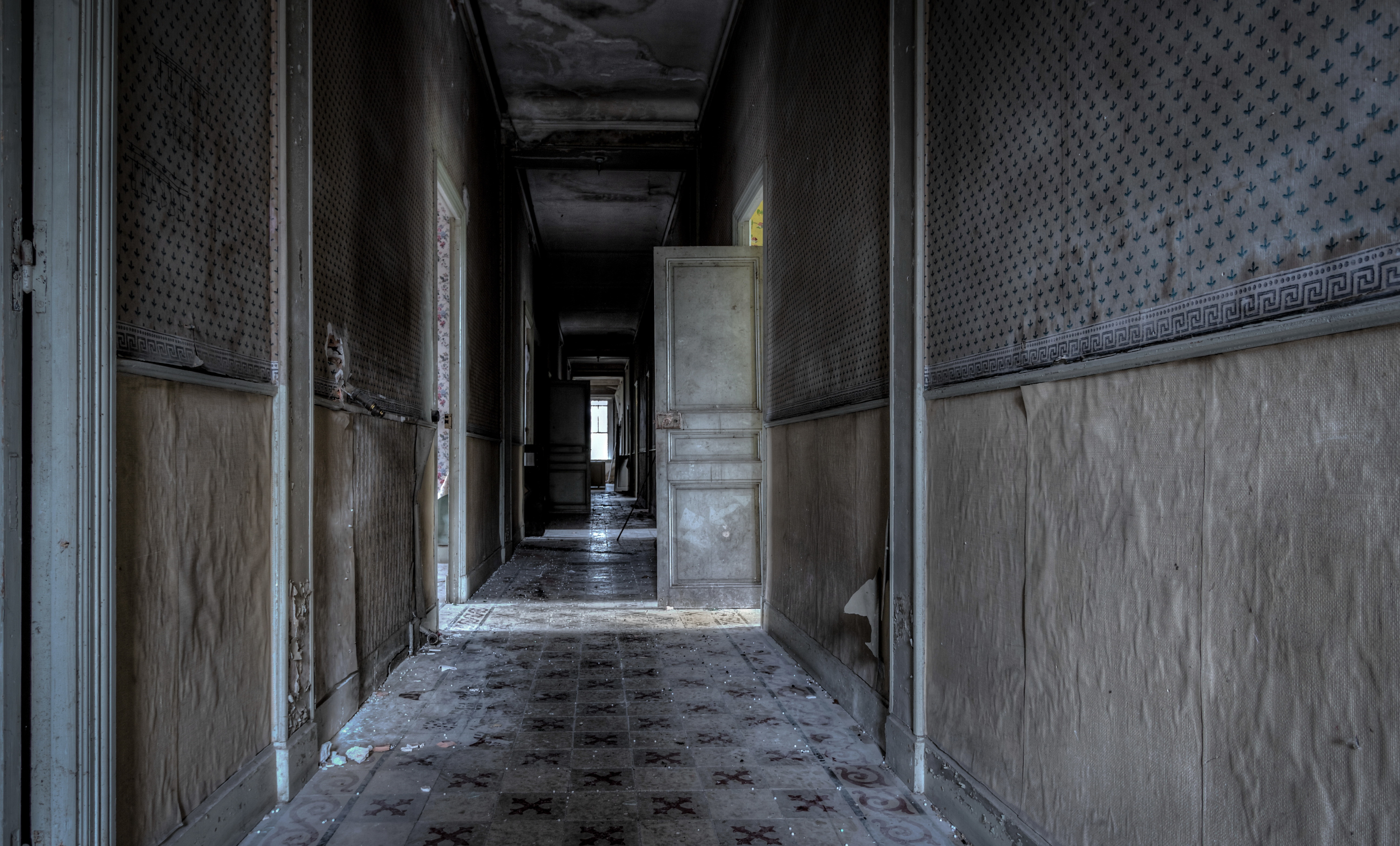 Двери — сон говорит о том, что в прошлом человек попадал в ситуацию полной зависимости от других.