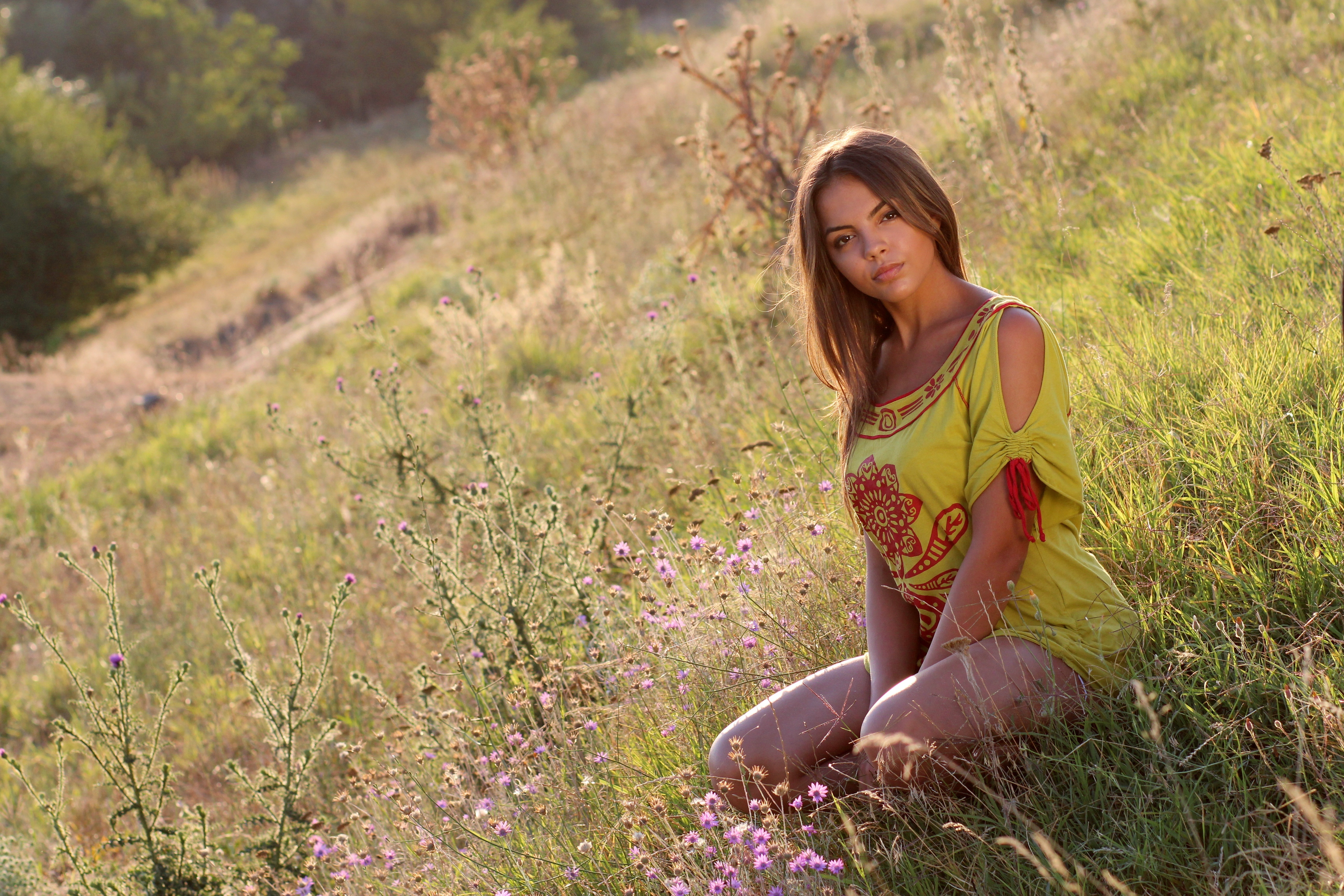 последнее деревенские девушки отдыхают на природе государство расположено