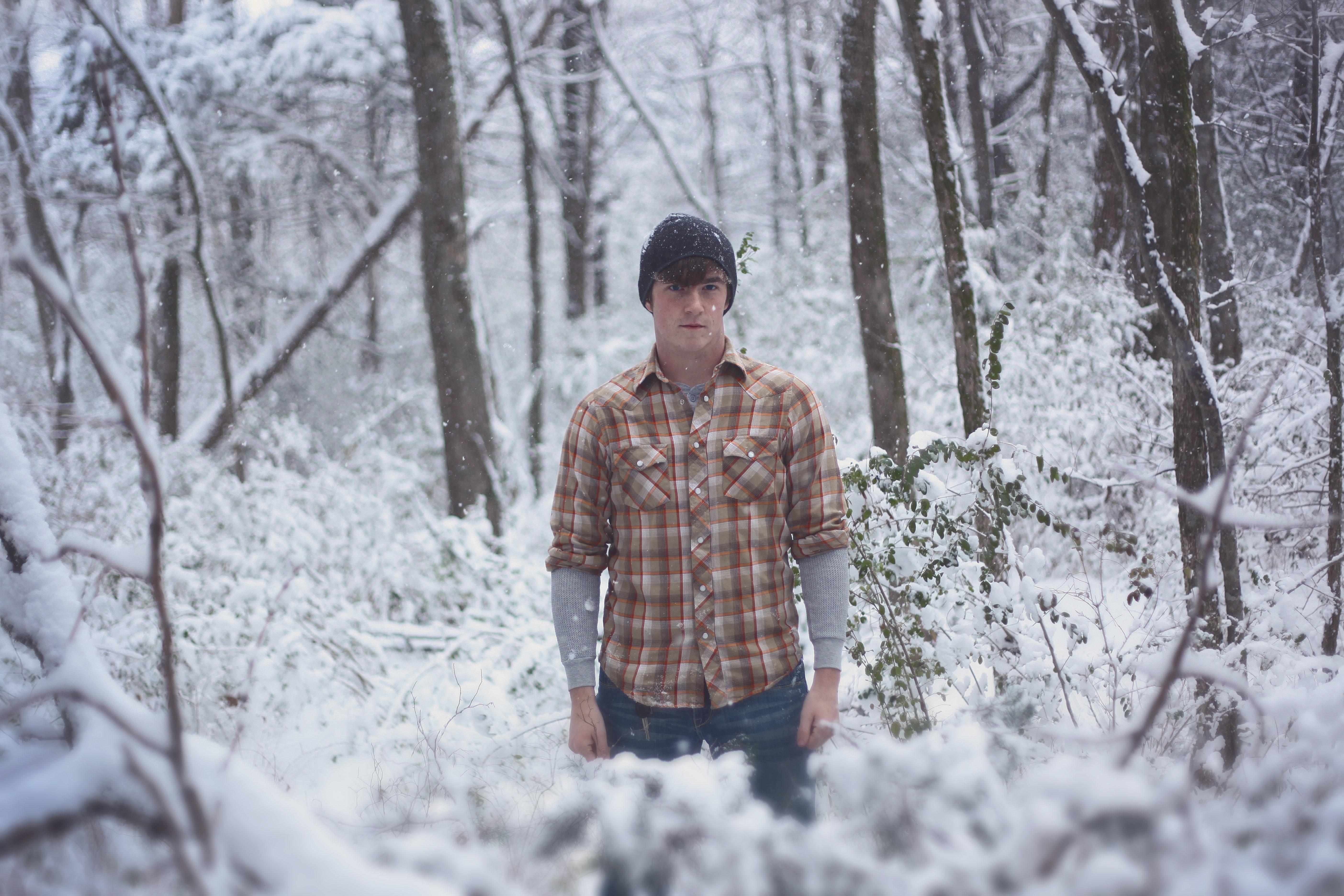 фото мужчина зимой в лесу дизайнерский инструмент