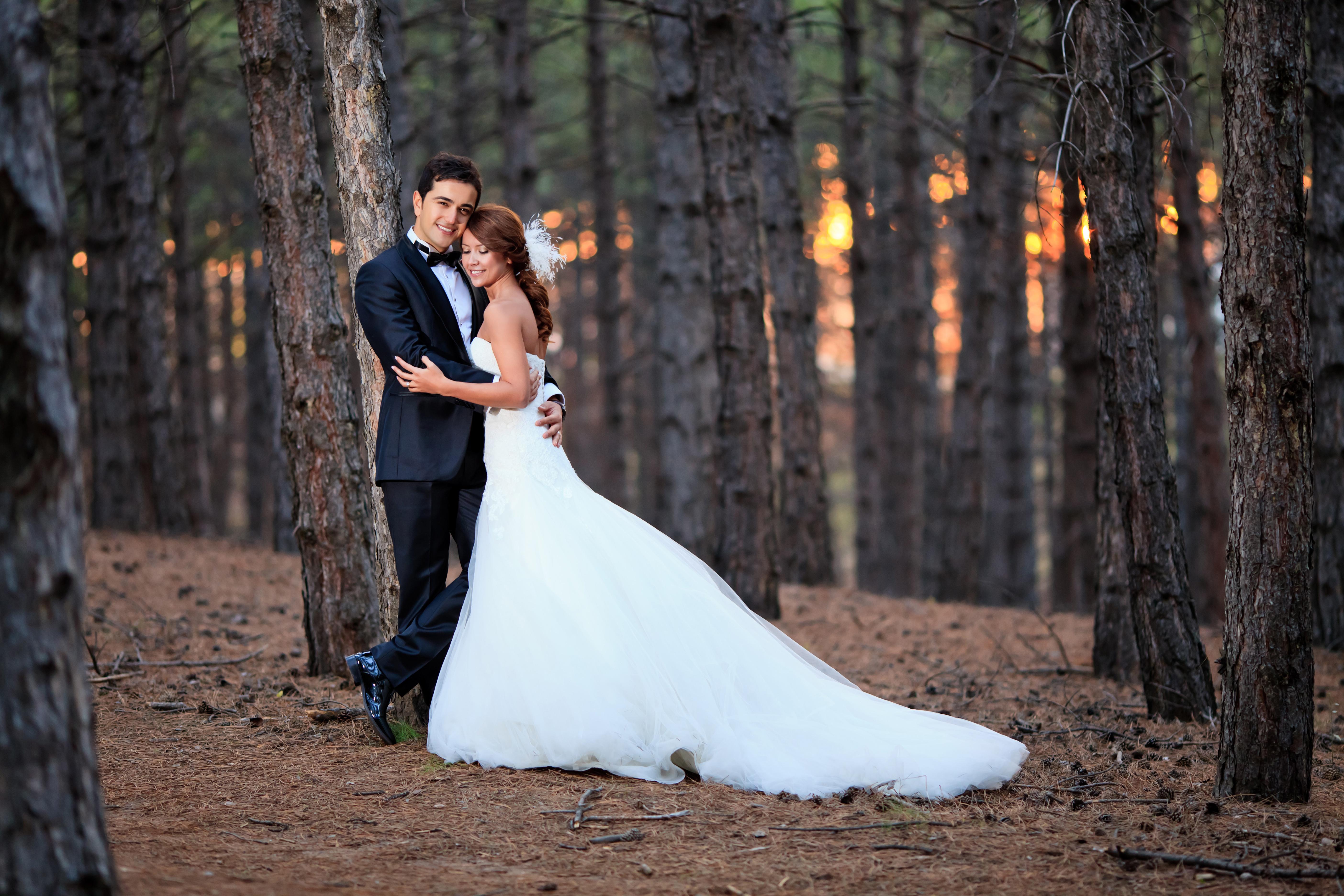 Фото парня и девушки в лесу