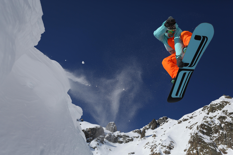 сноубордист прыжок горы  № 3300579  скачать