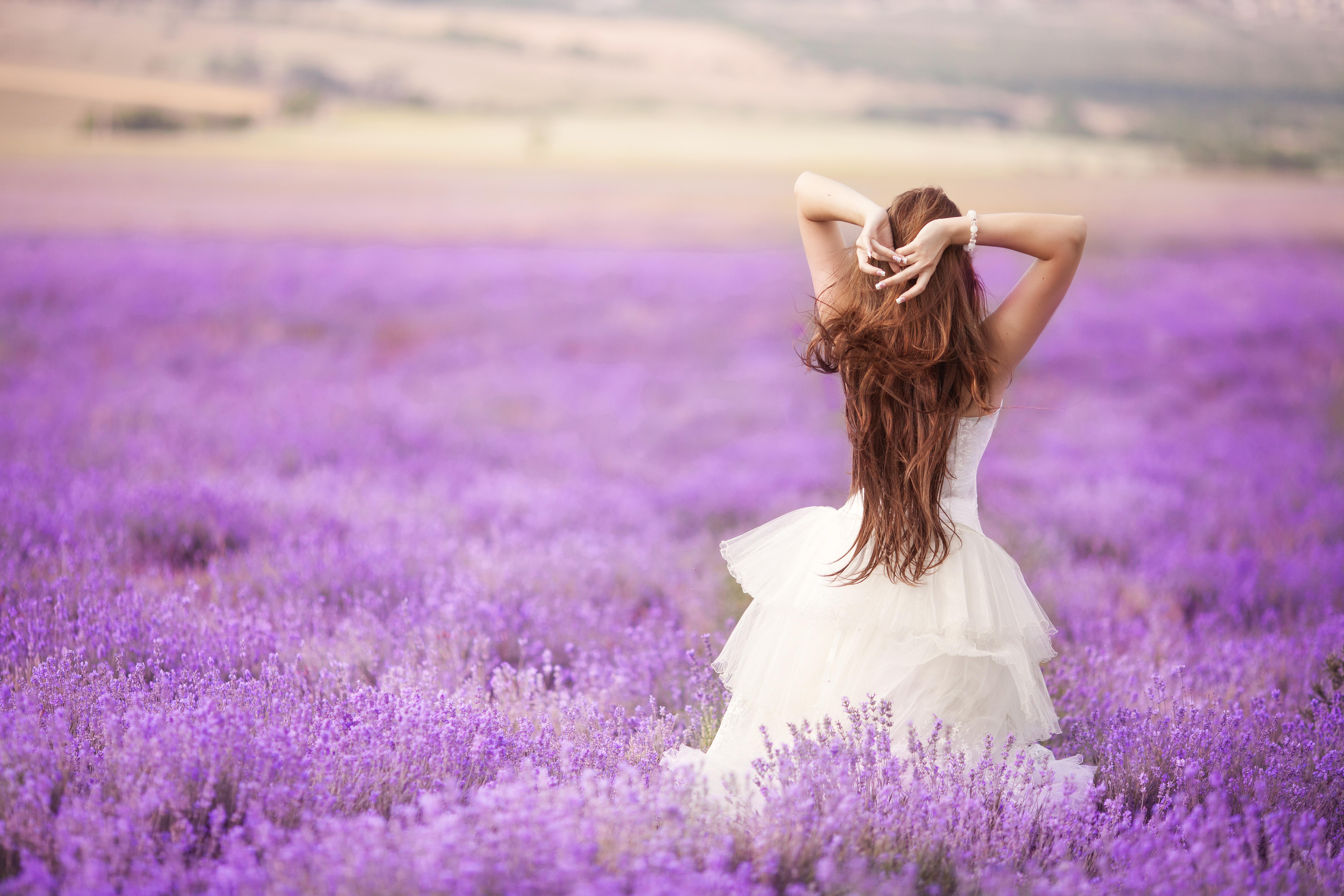 картинки девушек с цветами в руках со спины